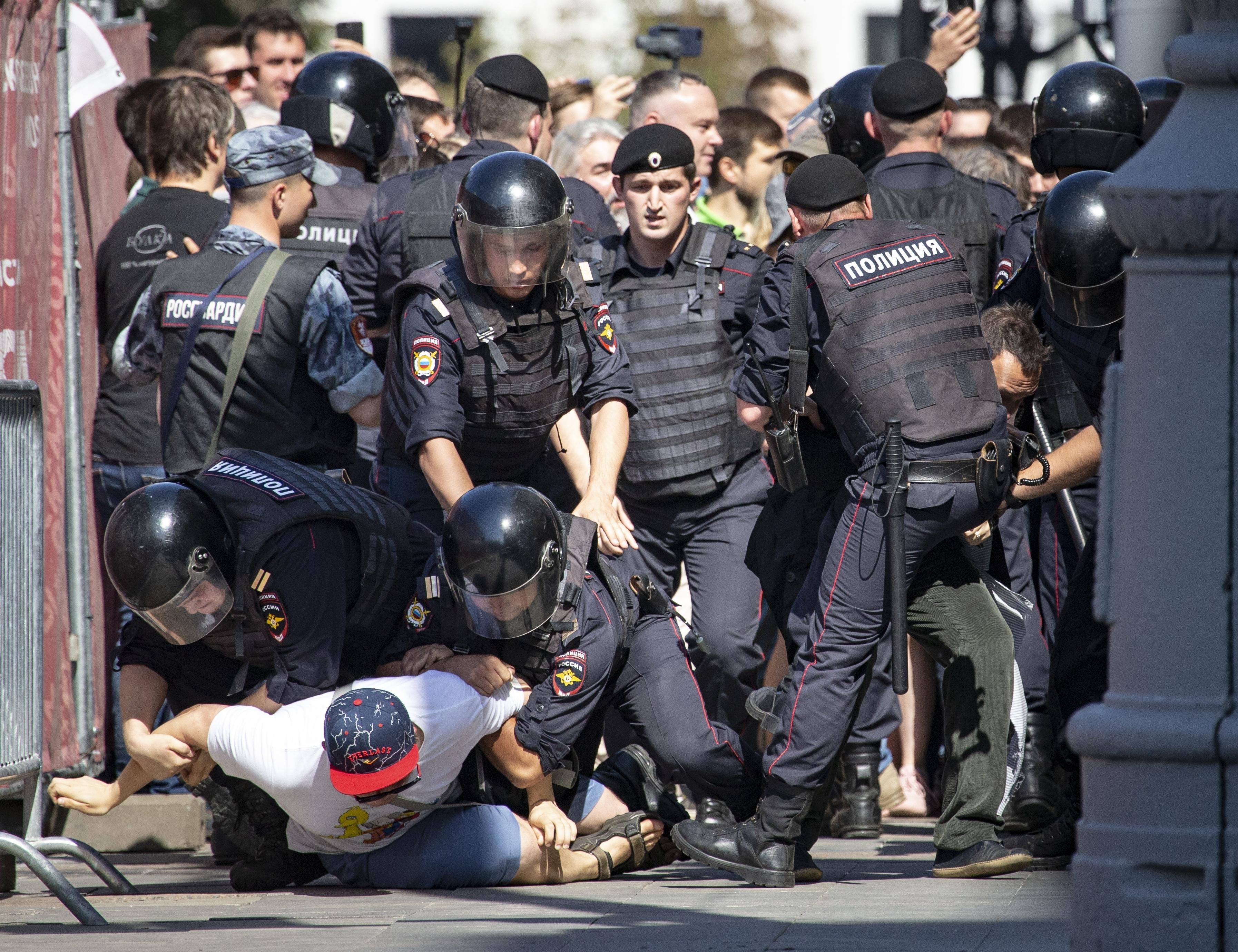 Moszkva szintet lépett az ellenzék üldözésében, a tüntetők elleni fellépések durvasága már a putyinistáknak is sok