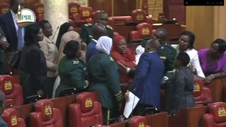 Kidobták a kenyai parlamentből a képviselőnőt a karonülőjével