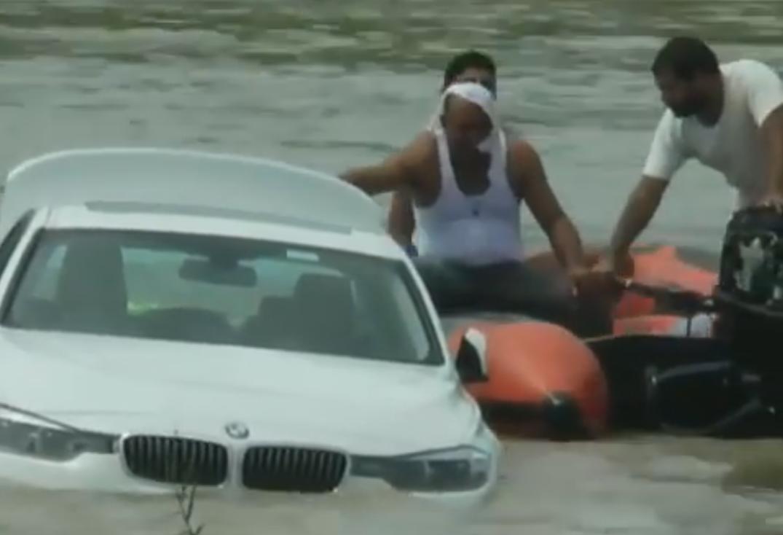 Egy indiai férfi a folyóba lökte a szülinapjára kapott BMW-t, mert Jaguart akart