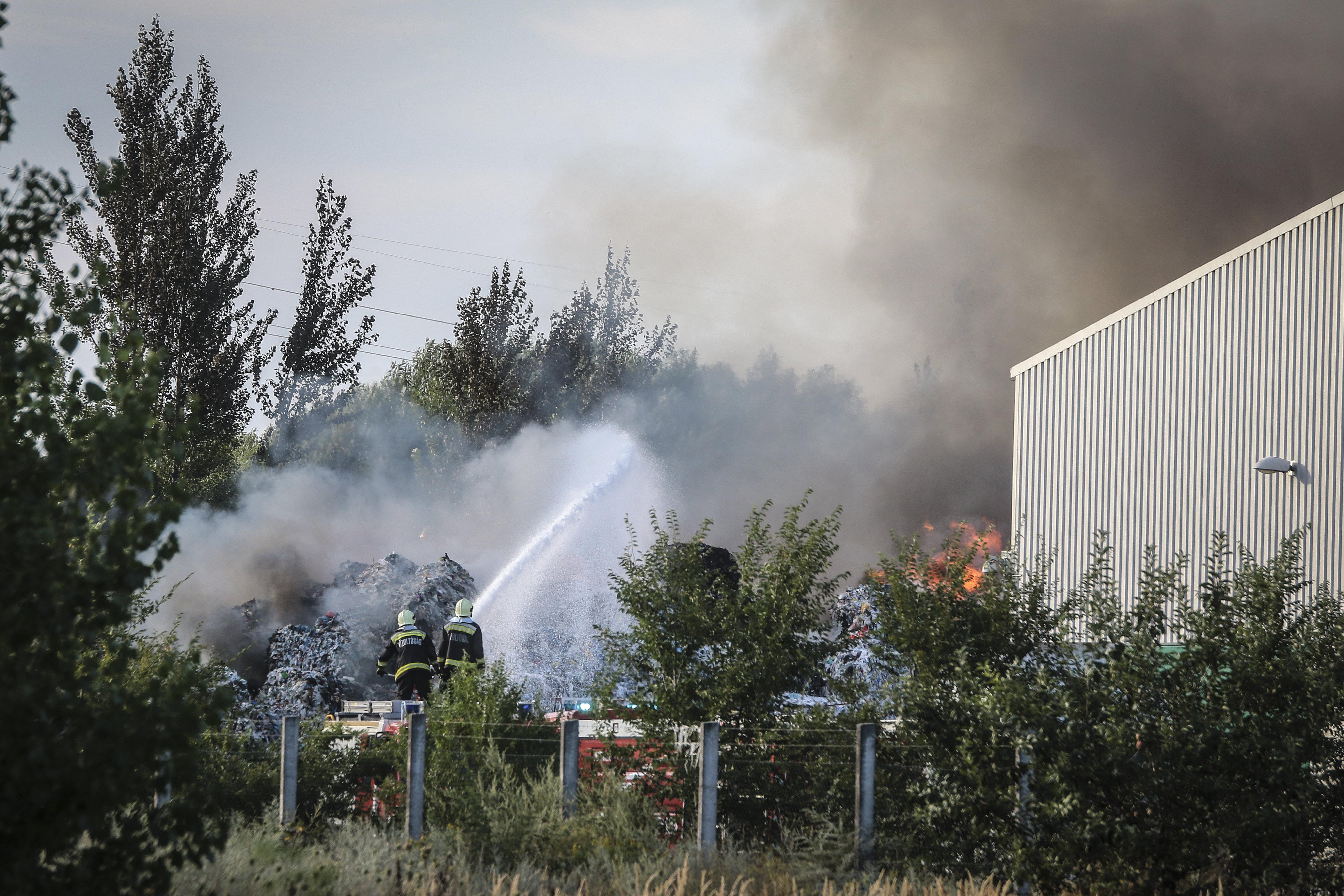 Több mint 80 tűzoltó oltja a királyszentistváni szeméttelepen keletkezett tüzet