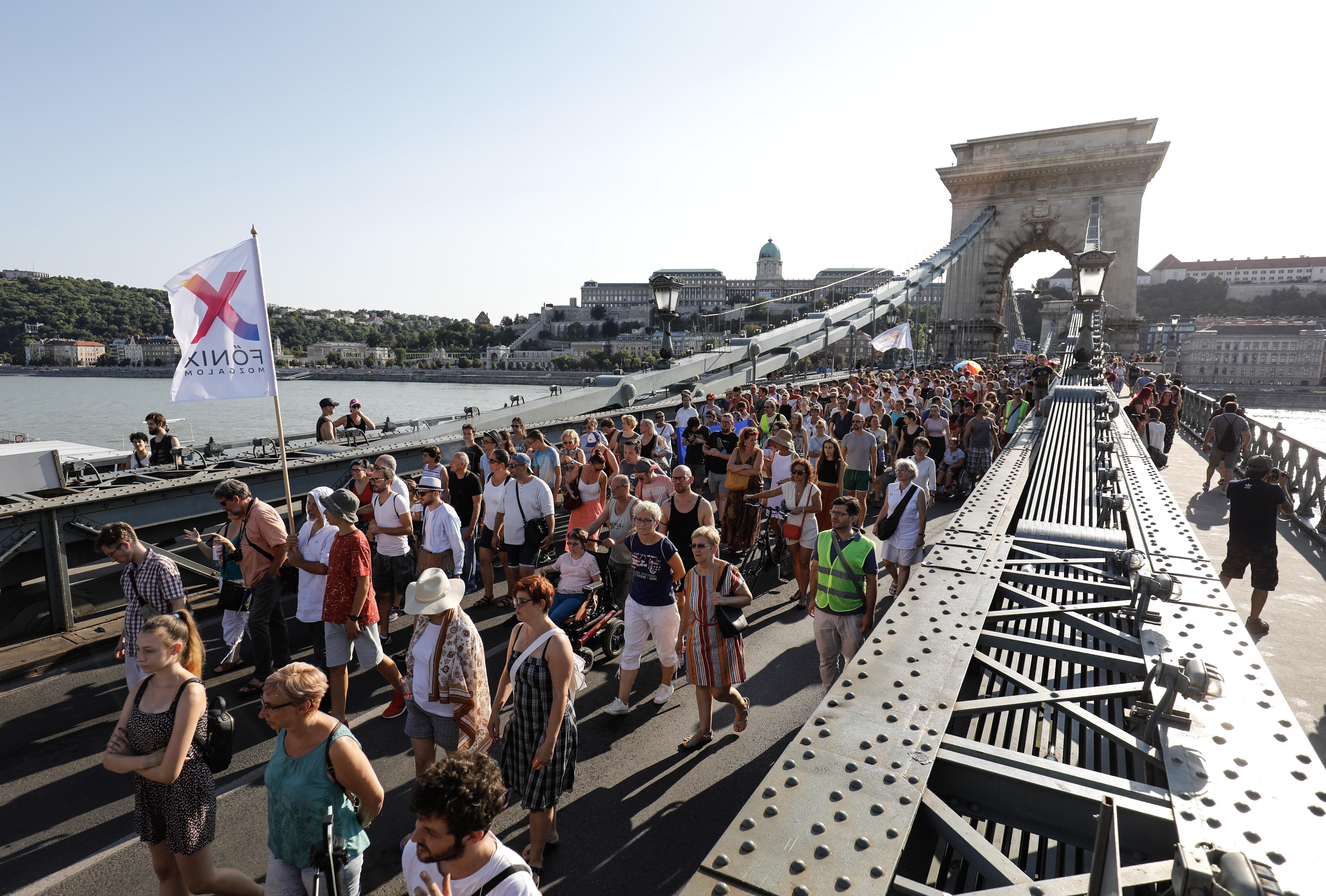 Egymás tiszteletéért sétáltak vasárnap Budapesten