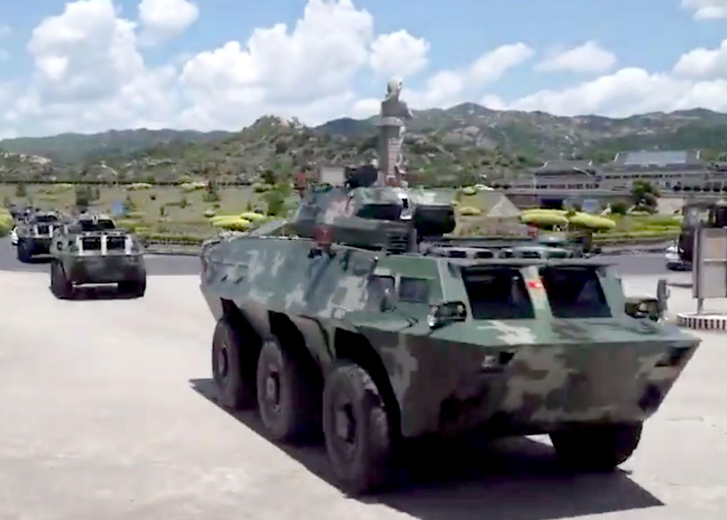 A kínai hadsereg egyik alakulata is felvonult Hongkong mellett