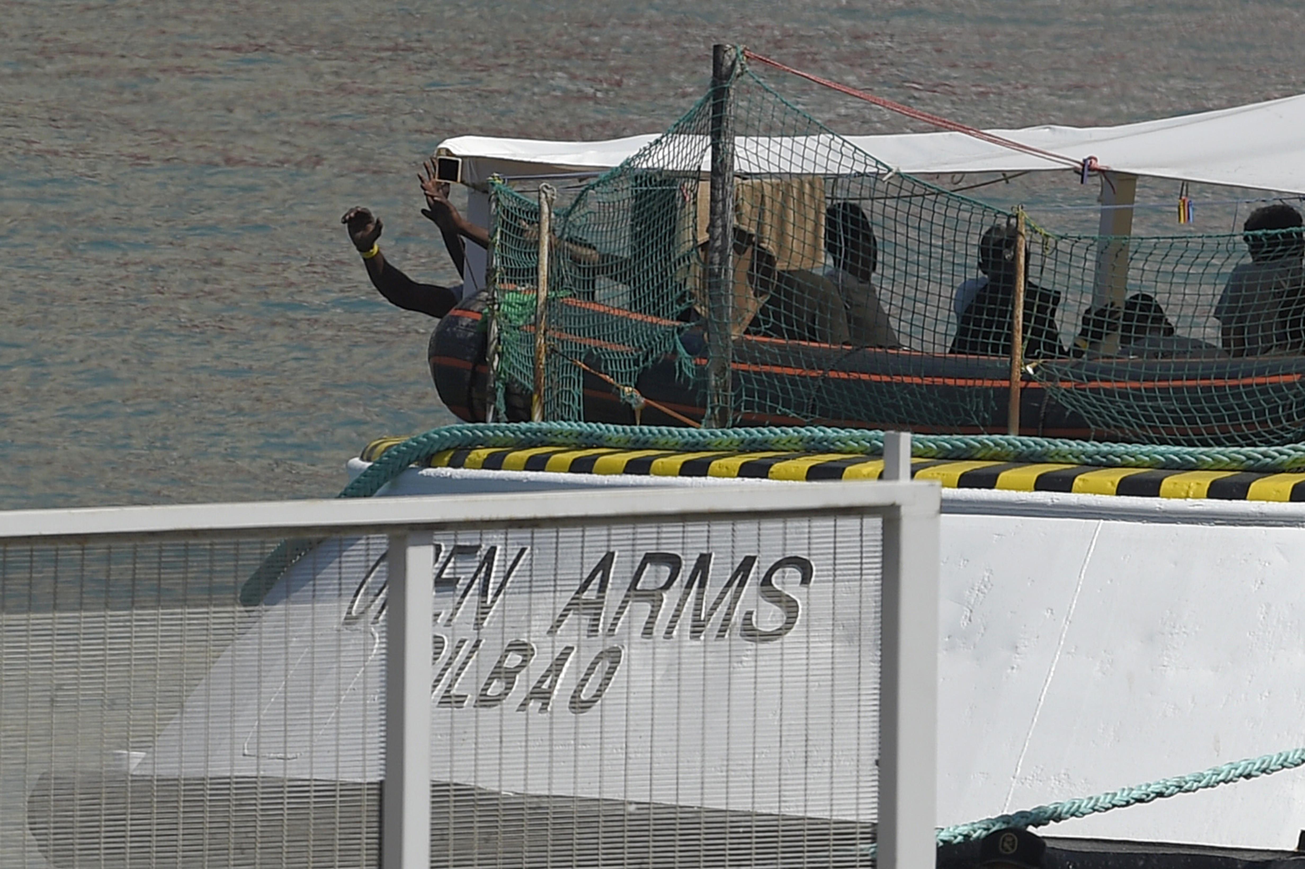 Partra szállhattak az Open Armson veszteglő menekültek Olaszországban