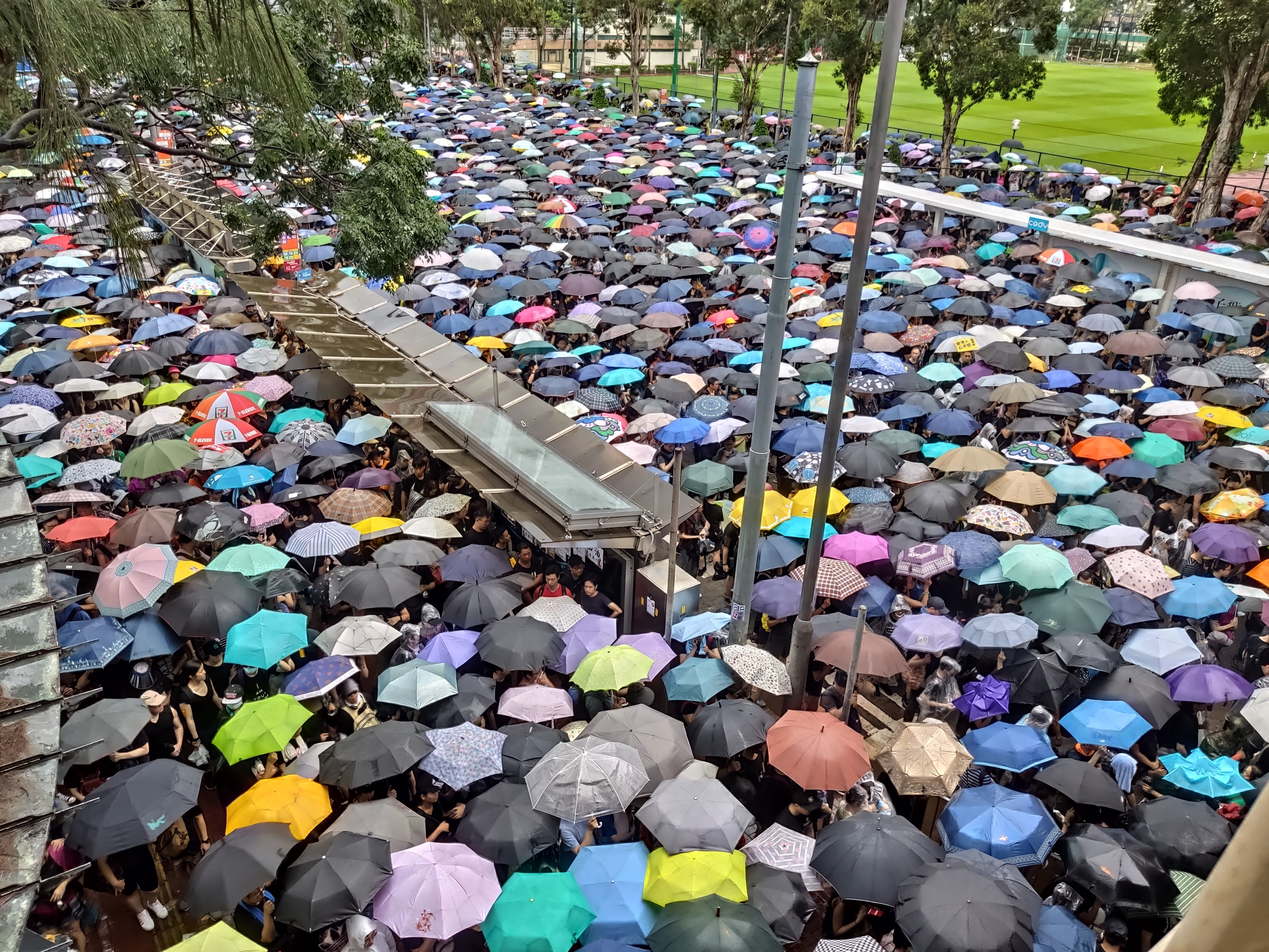 Zuhogó esőben is százezrek Hong Kong utcáin