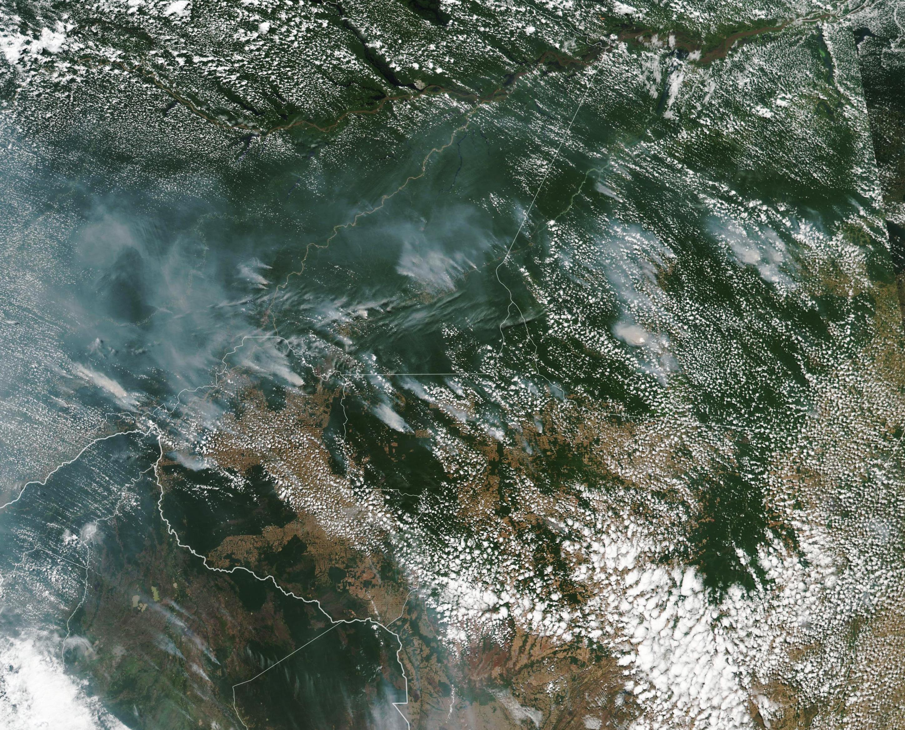Úgy lángol az amazonasi őserdő, hogy a füst még a 3000 kilométerre lévő Sao Paulo városában is elsötétíti a napot