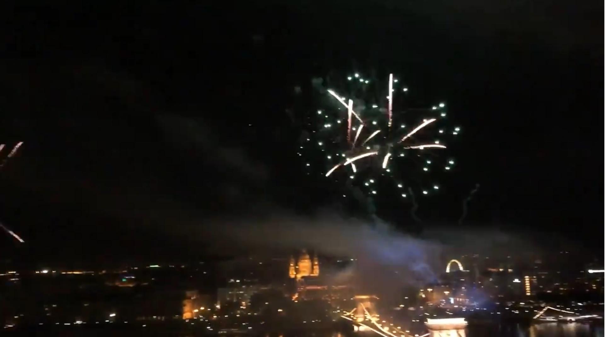 Egy brit politikus videón buktatta le Orbán teraszbuliját, ahonnan tényleg pazar látvány volt a tűzijáték