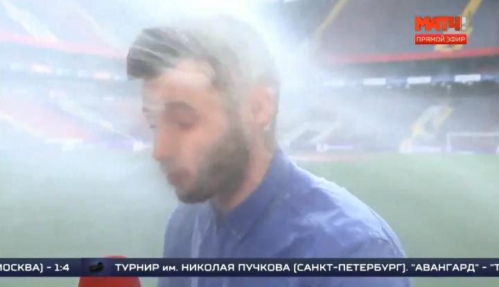 Akkor sem zavartatta magát az orosz sportriporter, amikor bejelentkezés közben telibe kapta a locsolórendszer