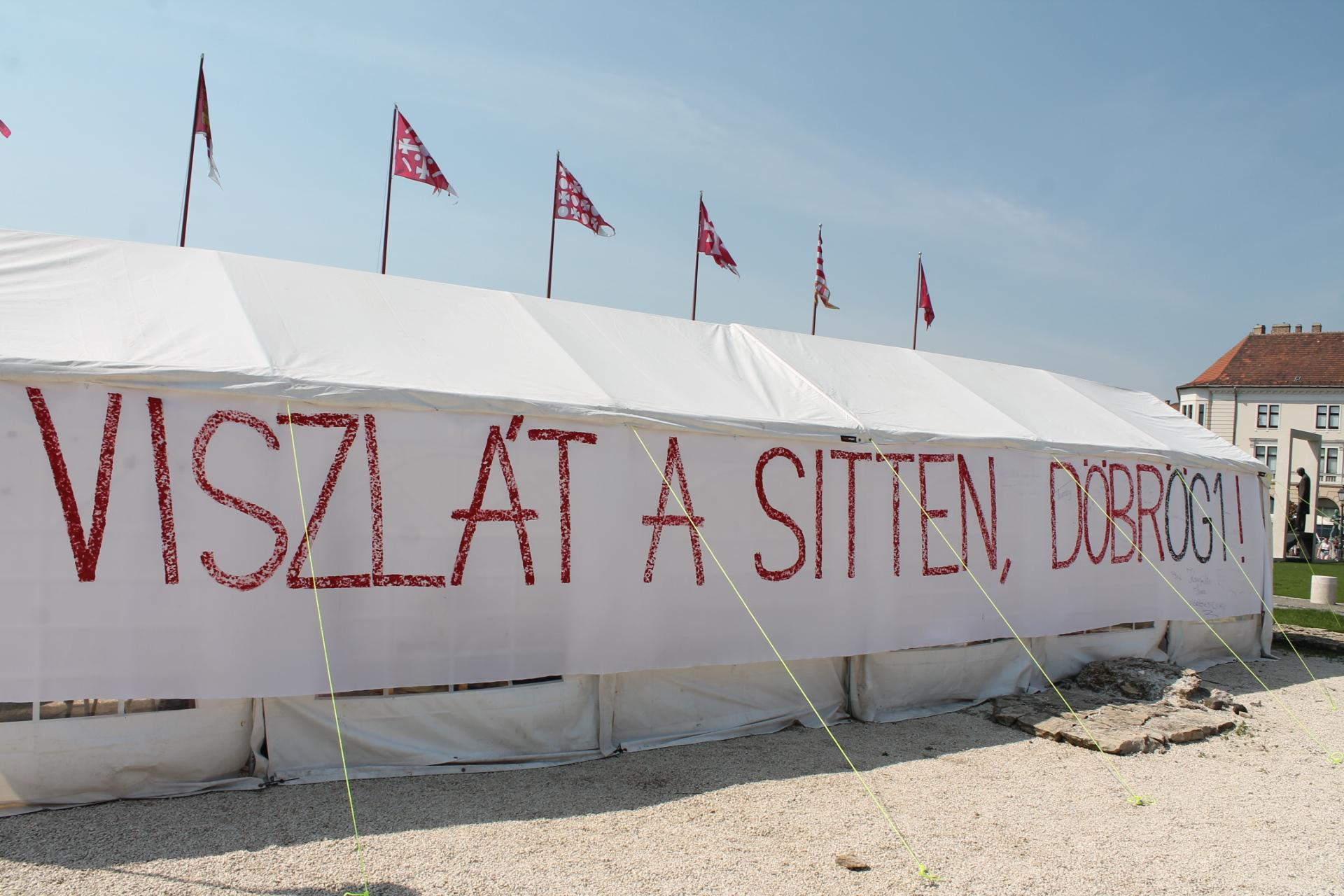 """Nagy betűkkel írták fel Orbán irodája elé: """"Viszlát a sitten, Döbrögi"""""""