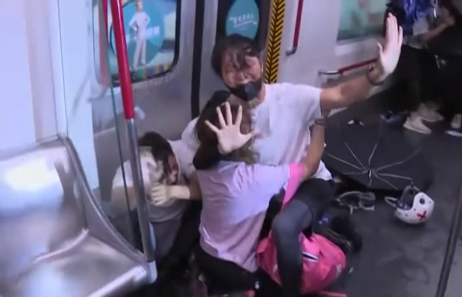 Hongkongban leállították a metrót, amivel a tüntetők menekültek a rendőrök elől, több embert meg is vertek