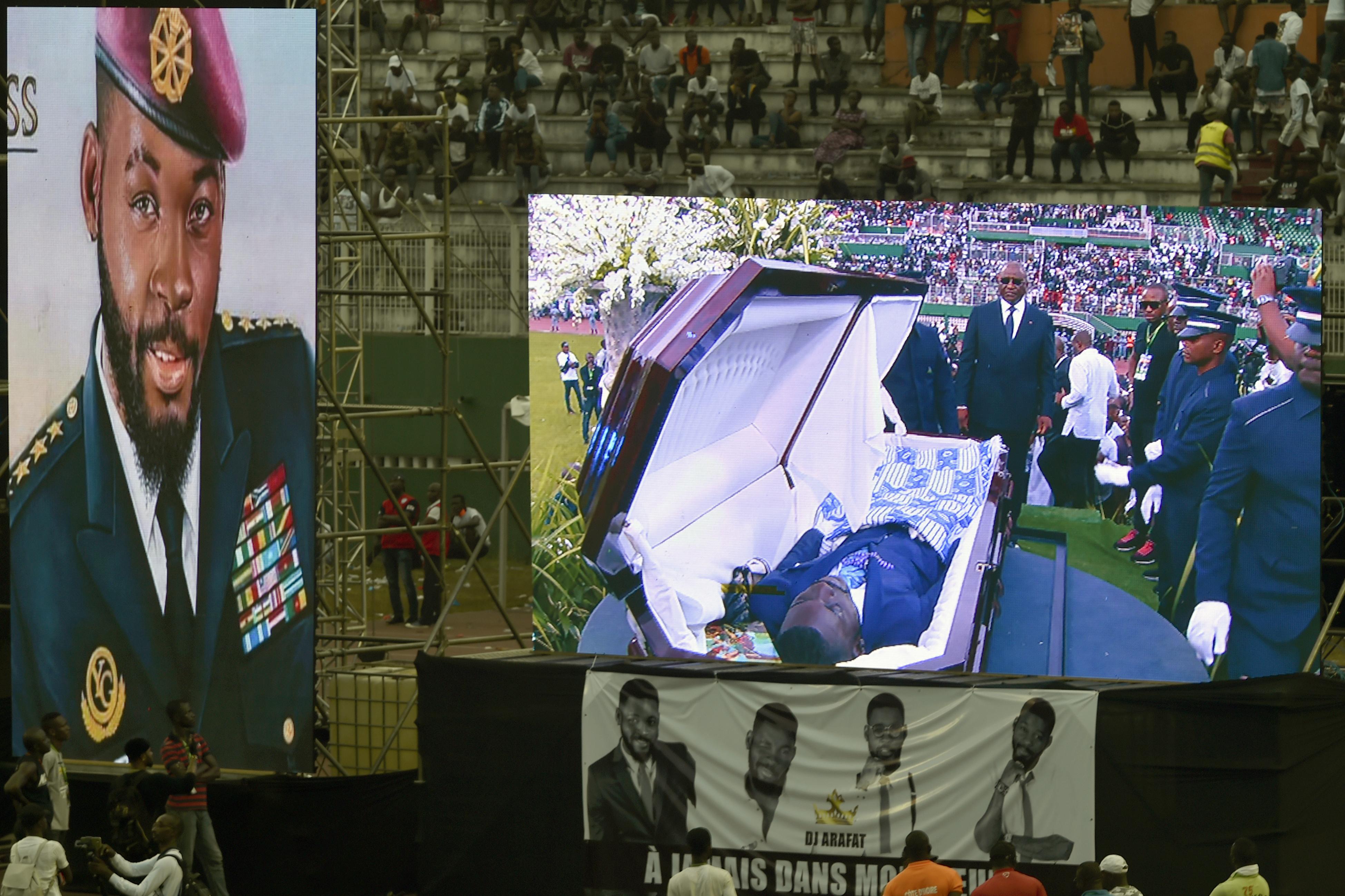 A rajongók felnyitották az elefántcsontparti DJ koporsóját, és levetkőztették a halottat