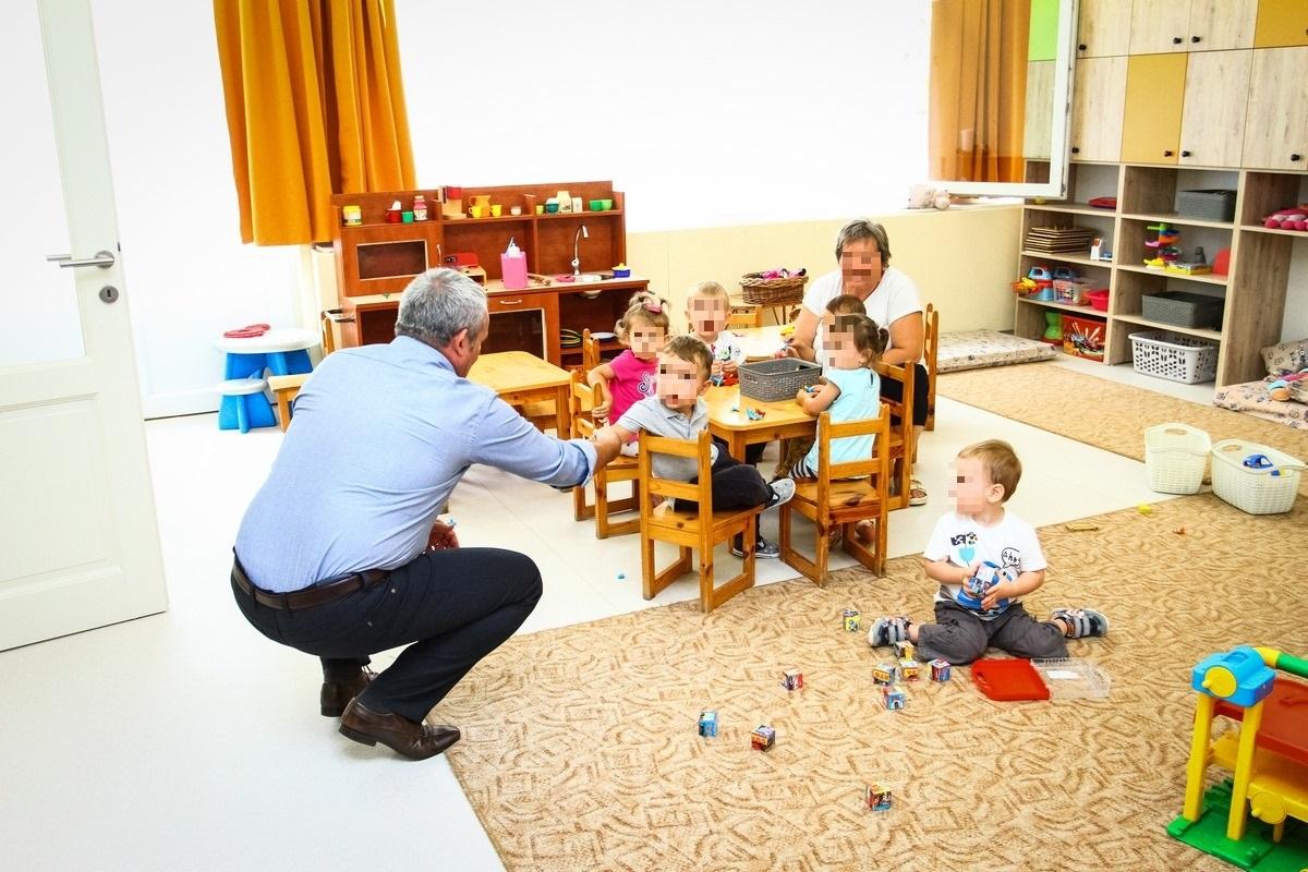 Baja fideszes polgármestere berongyolt a bölcsődébe gyerekekkel kampányolni