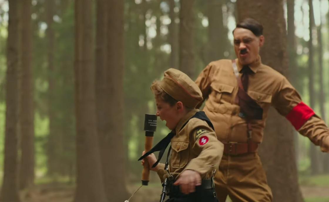 Dilis vígjáték készült egy zsidó lánnyal barátkozó, magányos náci kisfiúról, akinek a képzeletbeli barátja Adolf Hitler