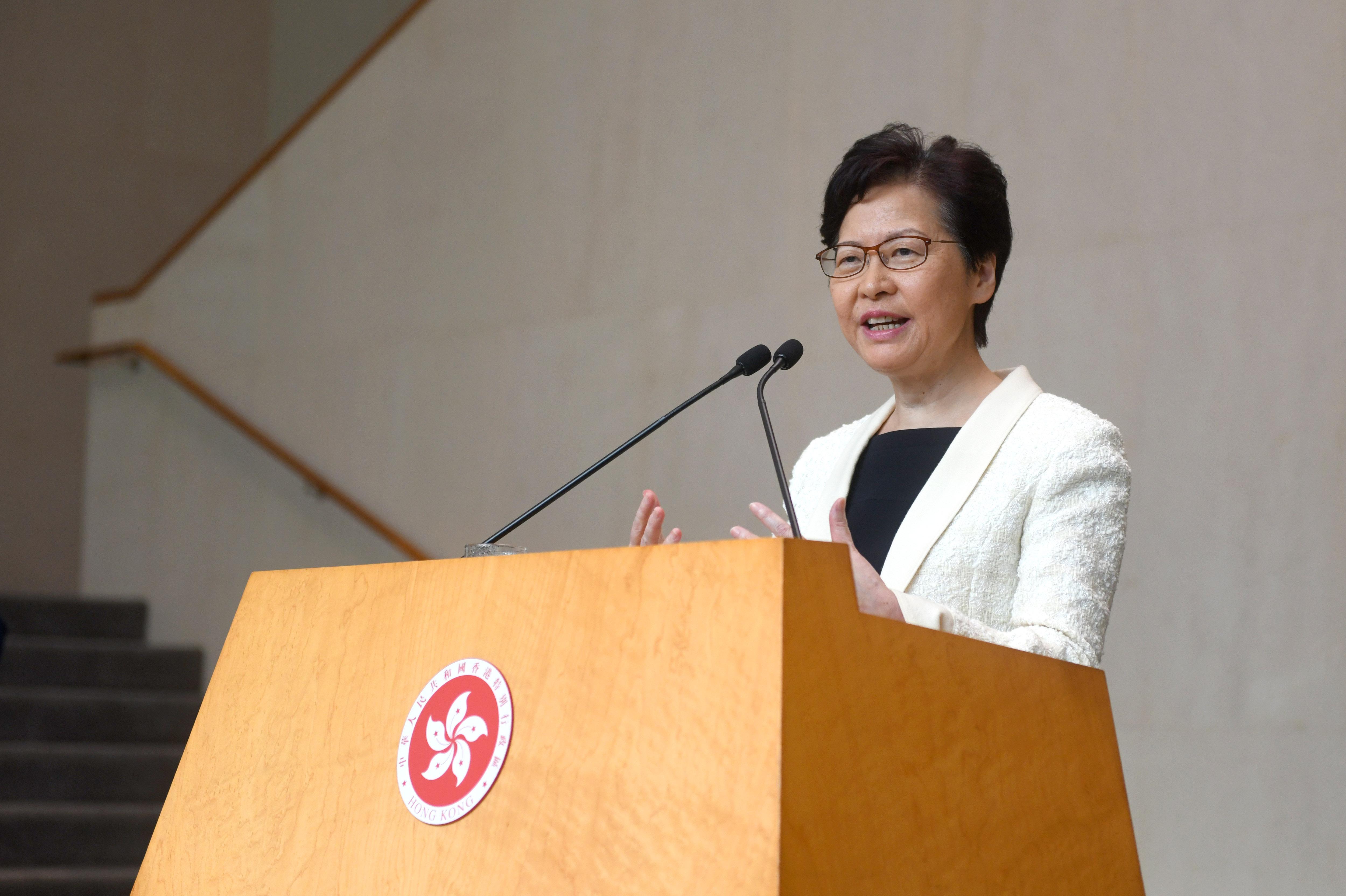 Hongkong kormányzója hivatalosan is visszavonta a kiadatási törvényt