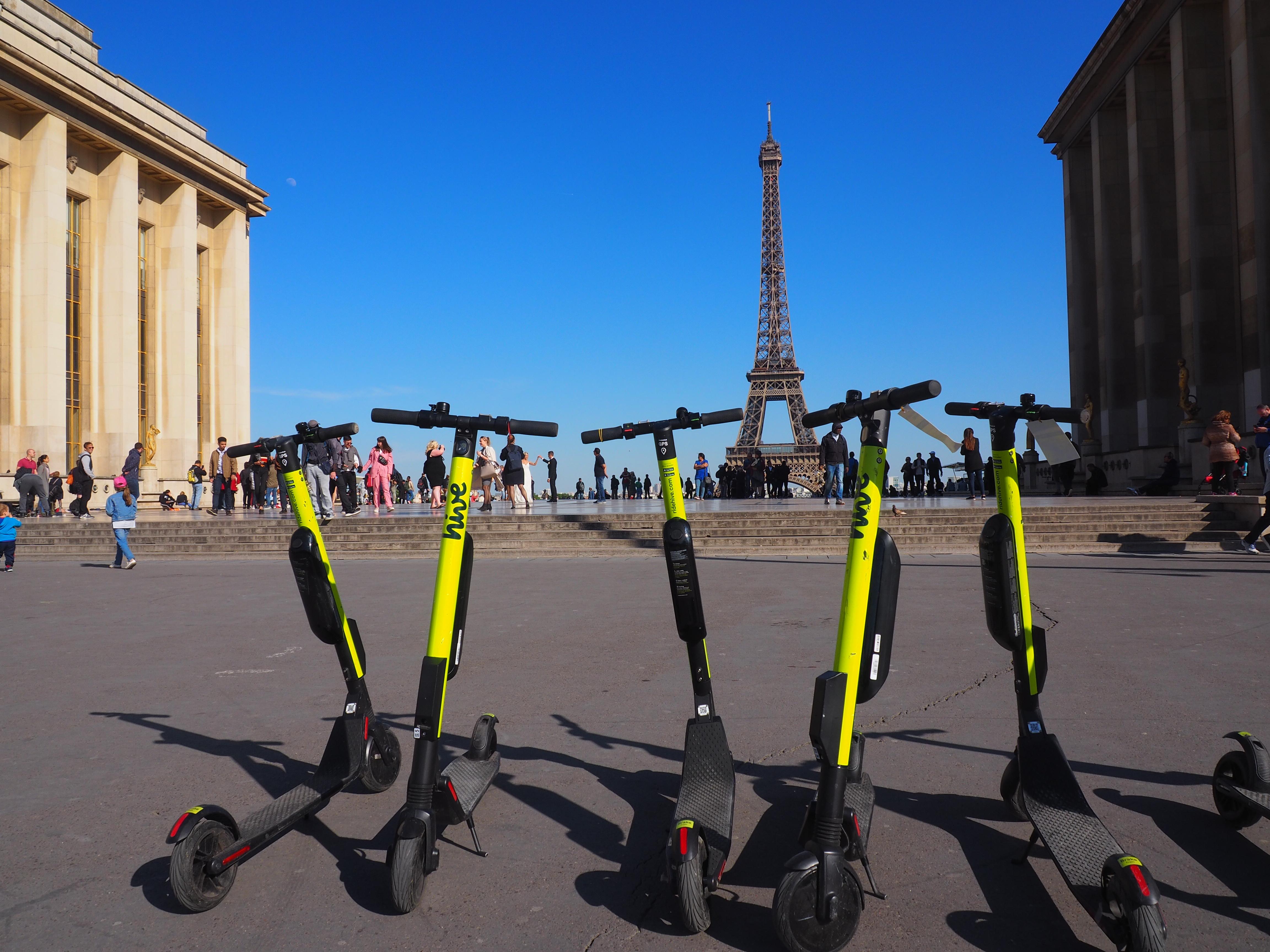 Párizsban már darabos hulladékként kezelik a rossz helyen hagyott elektromos rollereket