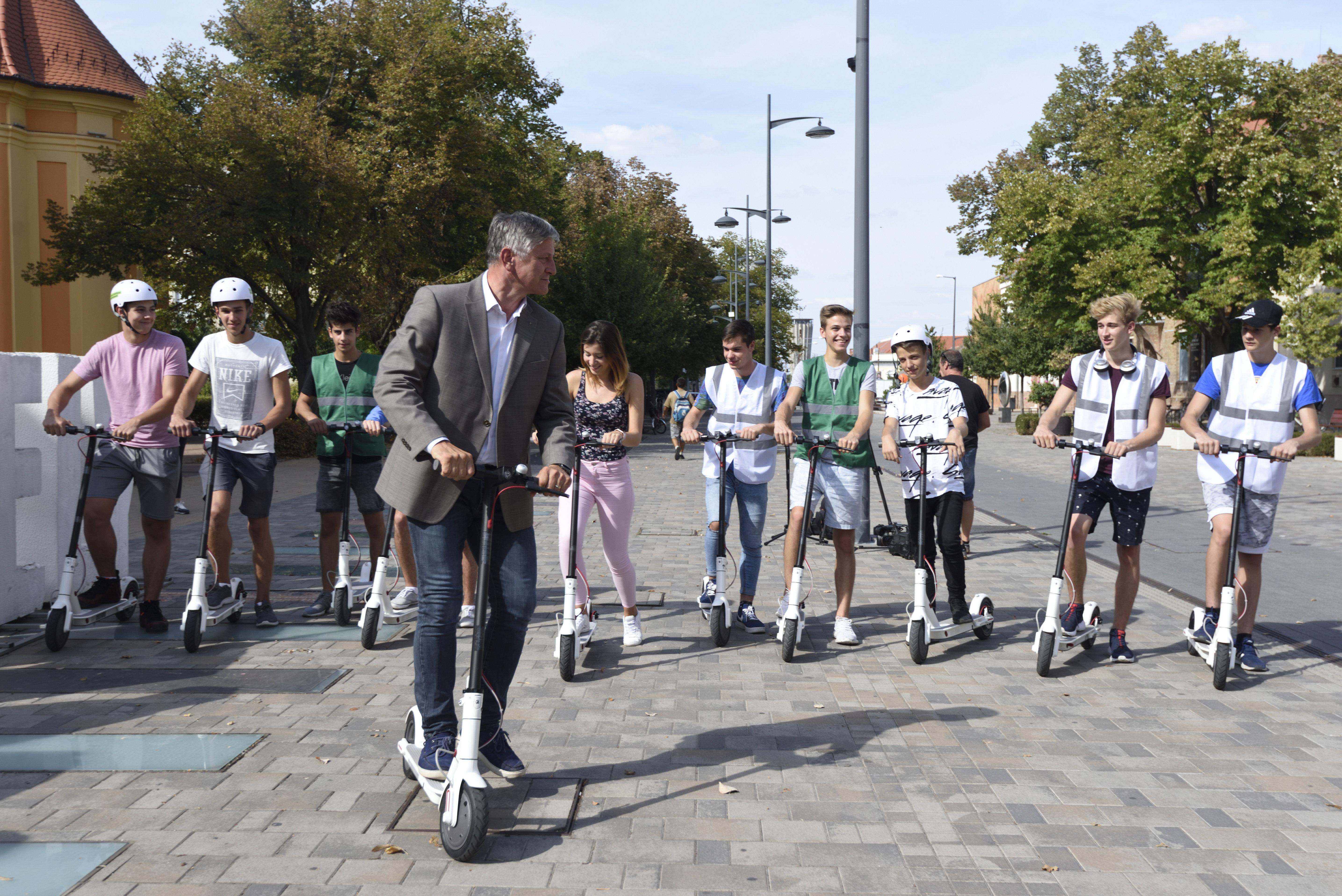 Elektromos rollereket szabadítana Hódmezővásárhelyre a Fidesz jelöltje