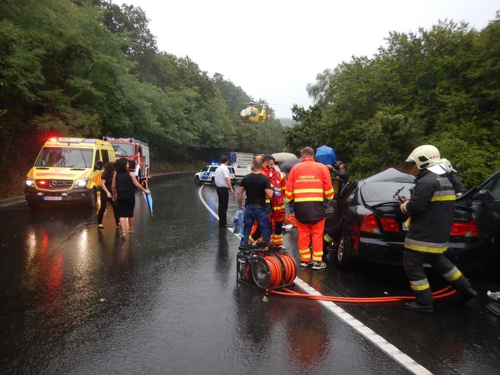 A mentős annak a néhány autósnak hálálkodik, akik a zuhogó esőben is segítettek az újraélesztésben