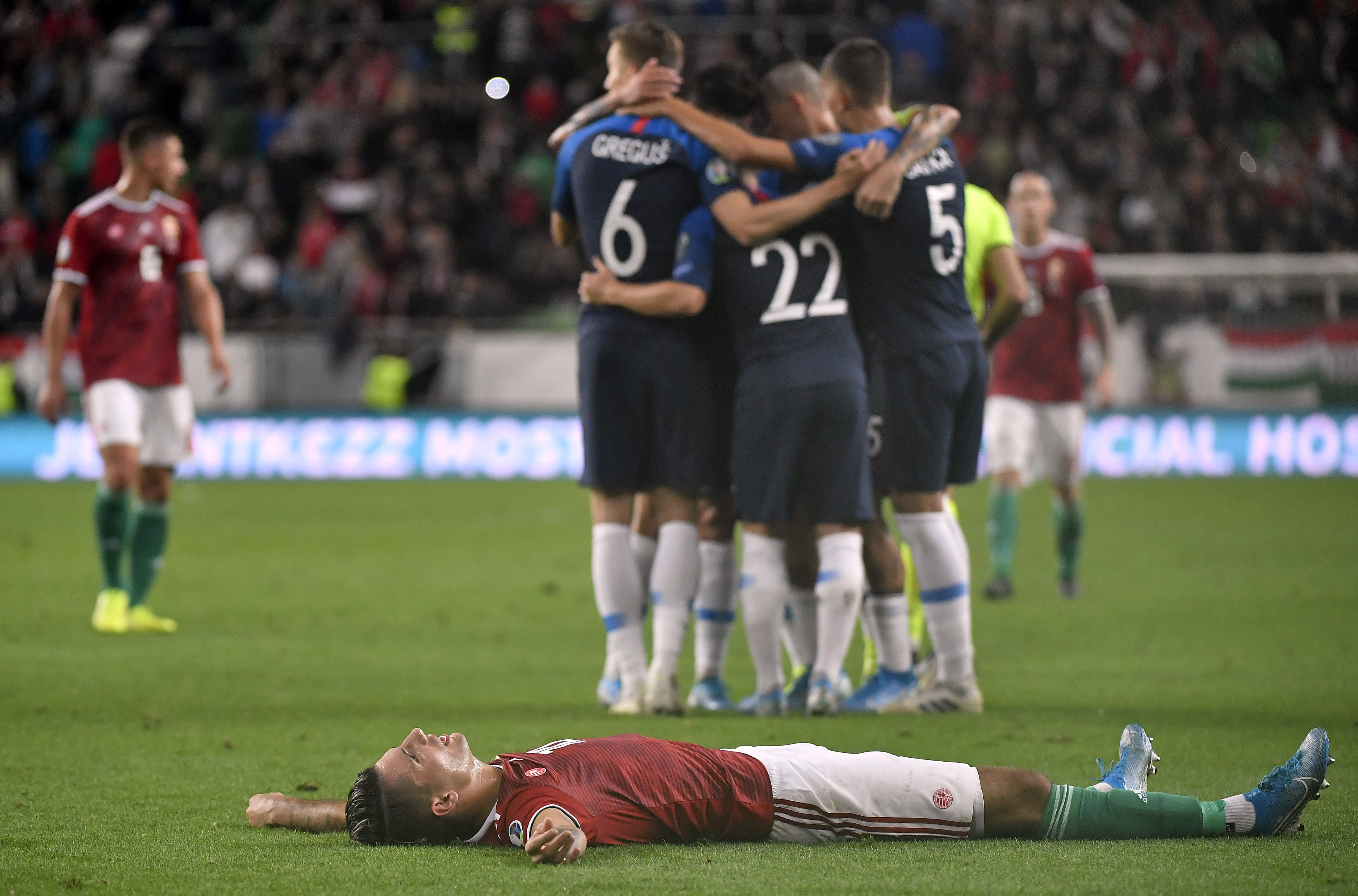 A kormány megengedte a kluboknak, hogy egyoldalúan csökkentsék a focisták fizetését