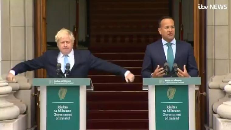 Boris Johnson bizarr mozdulatokat tett, miközben az ír miniszterelnök beszélt mellette