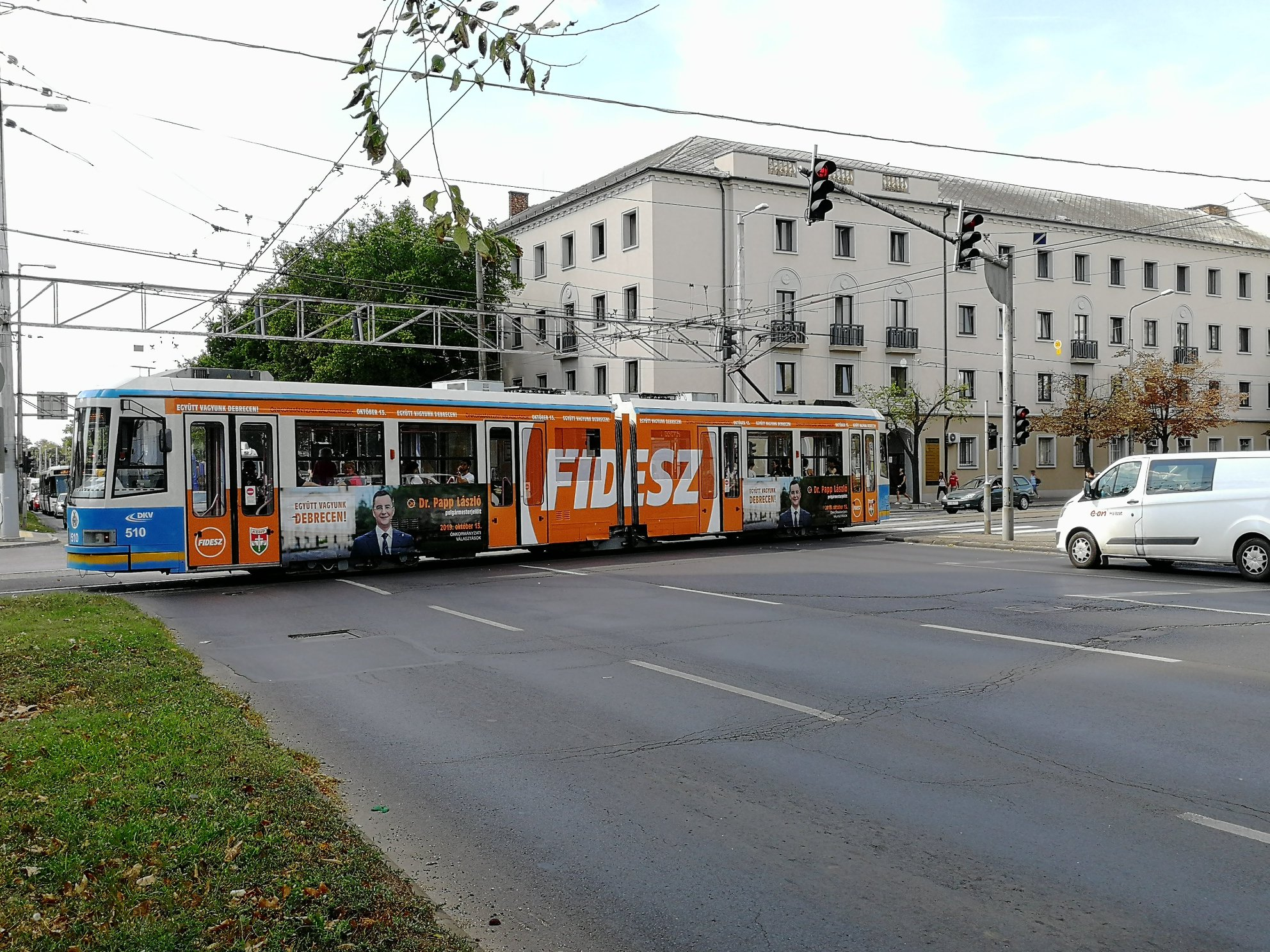 Debrecenben Fidesz-villamos viszi az utasokat