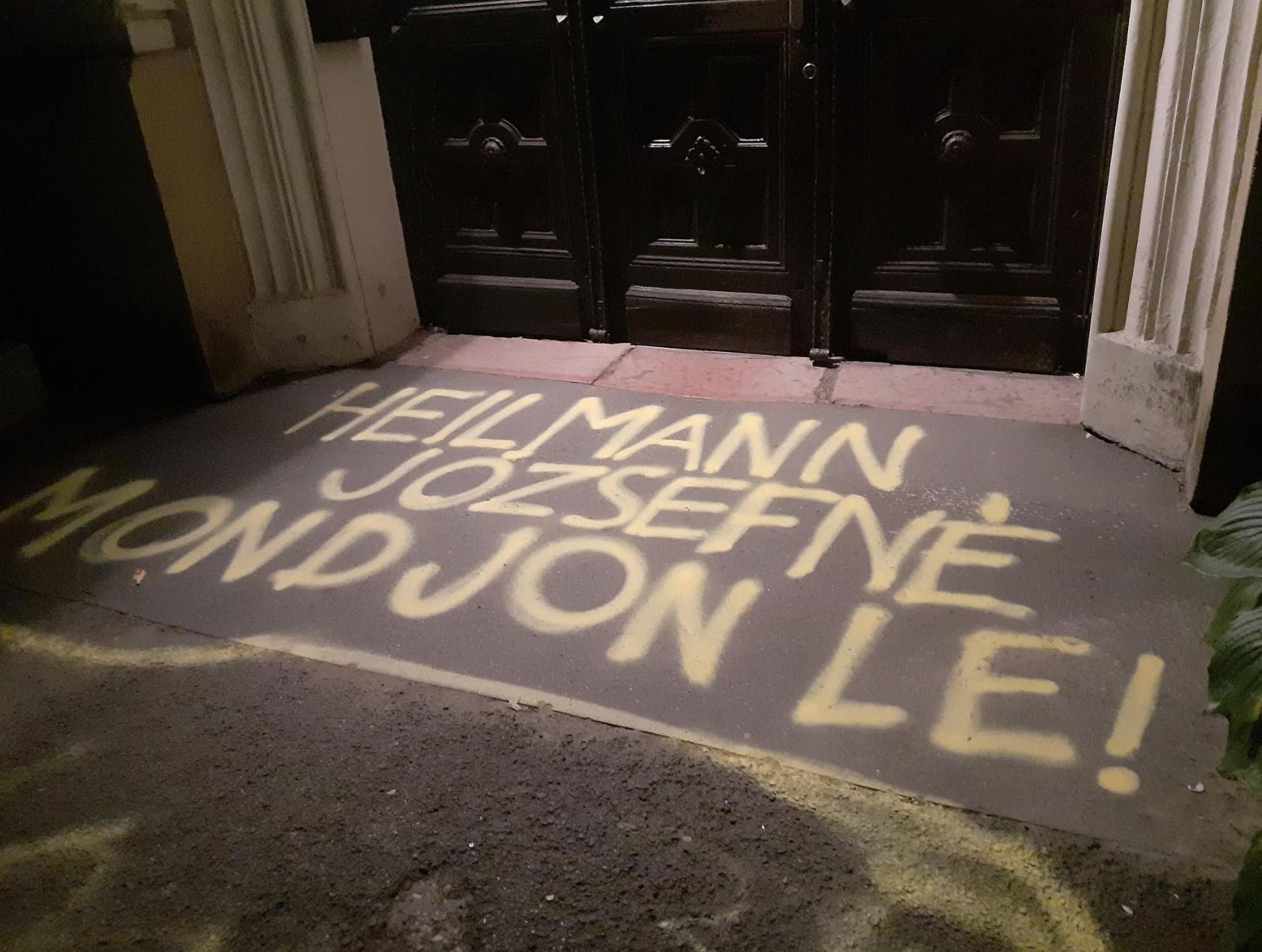Lemondató üzenet várja a bejáratnál a saját diákja ellen hadjáratot folytató szekszárdi gimnázium igazgatóját