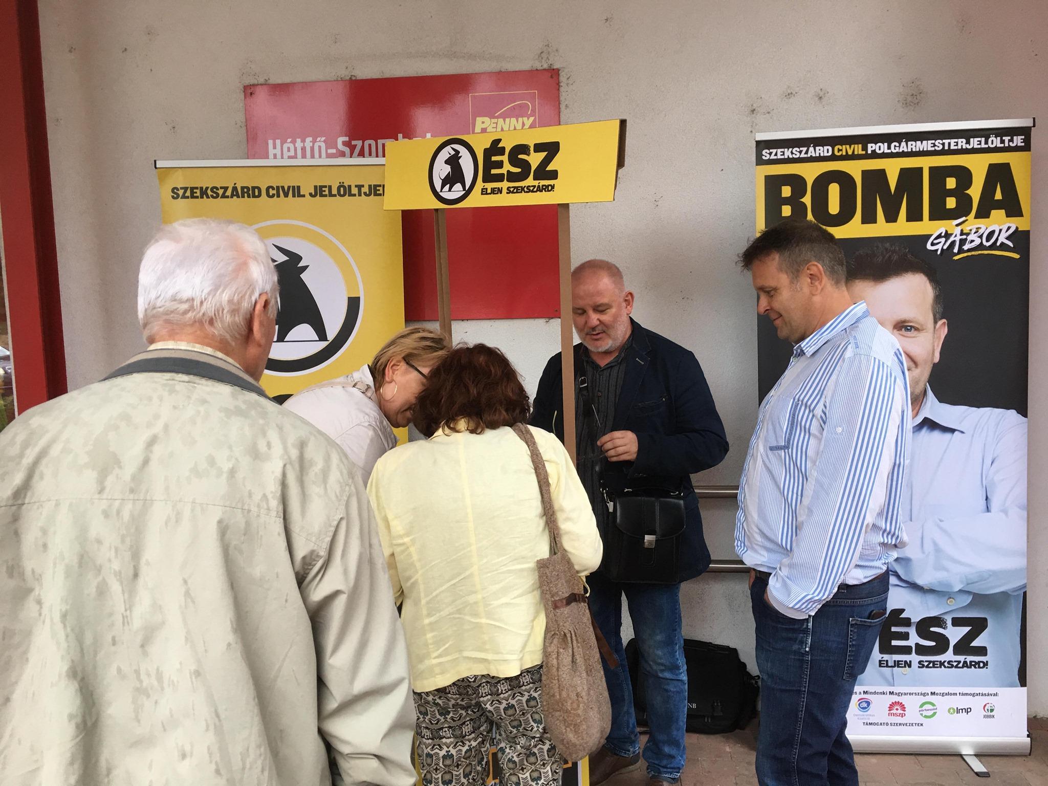 A rendőrök az önkormányzatban találták meg a szekszárdi ellenzék ellopott plakátjait