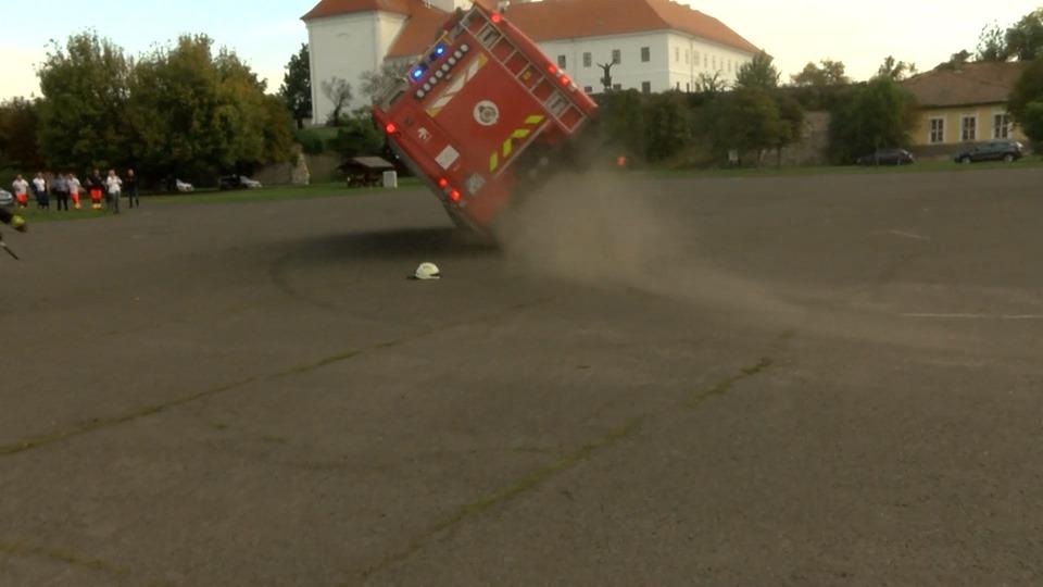 Felborult egy tűzoltóautó a katasztrófavédelem váci bemutatóján