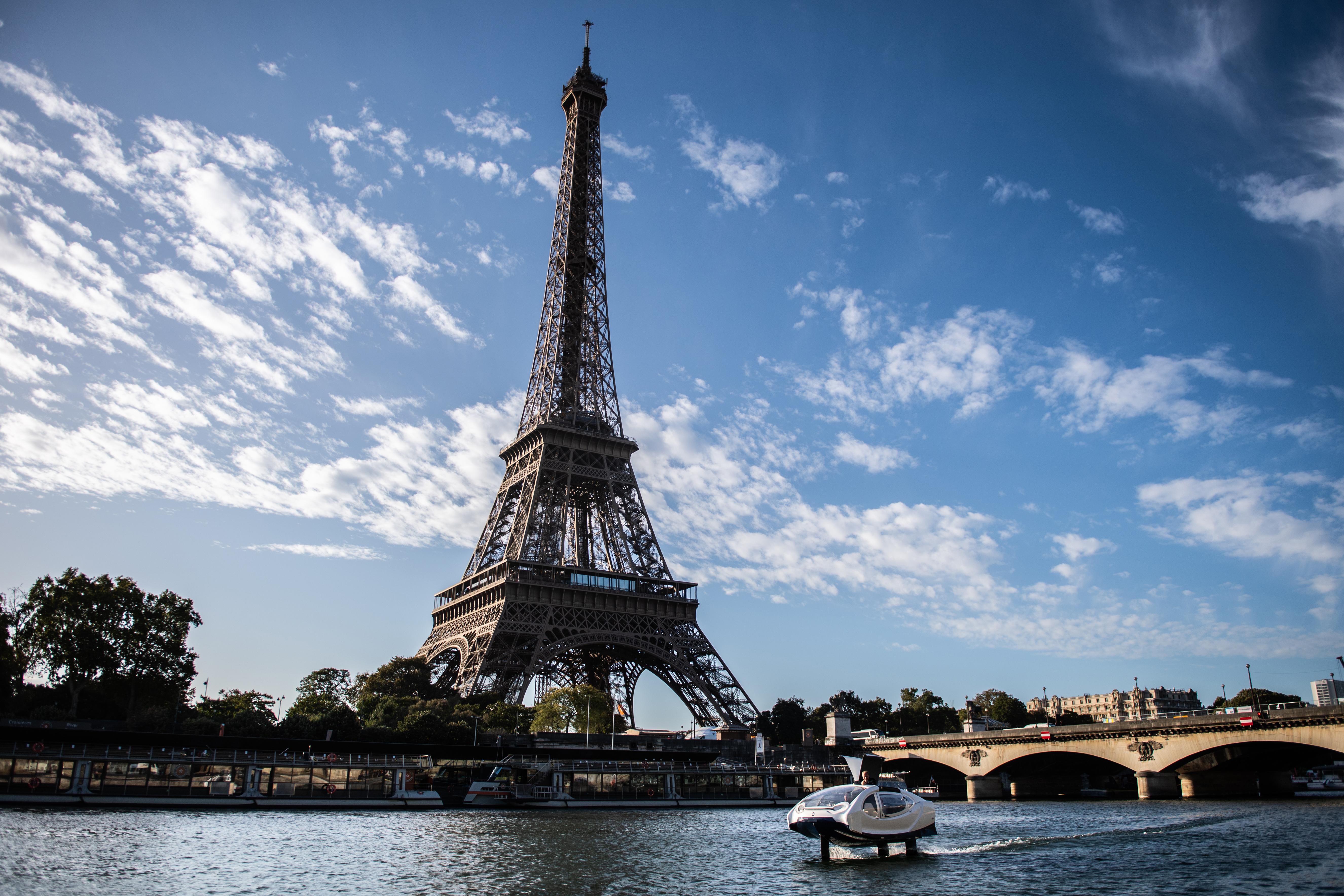 Vízen sikló taxikat tesztelnek Párizsban