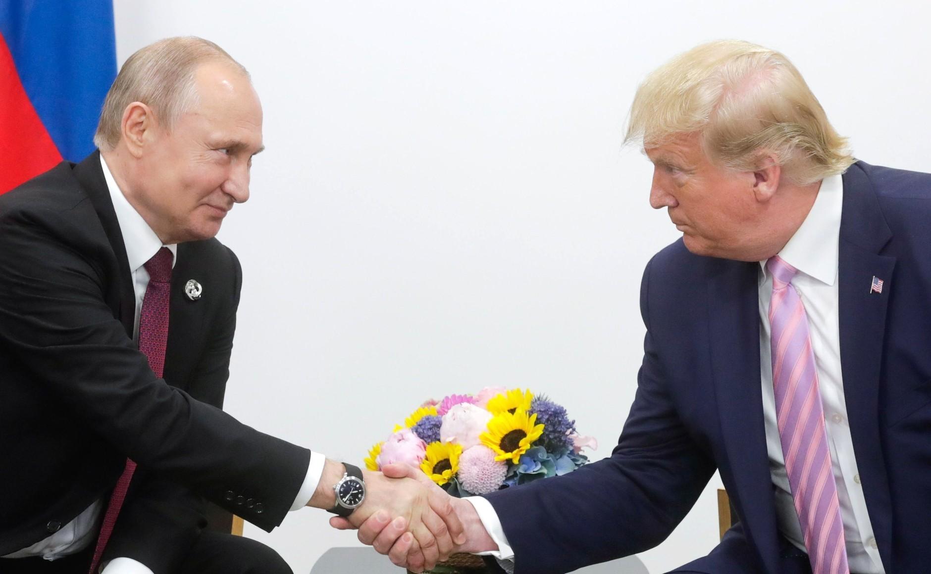 Putyin orvosi felszerelést szállító orosz katonai gépet küldött az USA-ba, Trump a segítséget köszönettel elfogadta