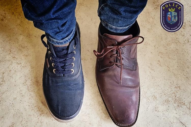 Tamás két jobbos cipőt lopott egy kecskeméti áruházból, de gyanús lett, mikor mindkét lábán jobbos cipővel próbált kisétálni