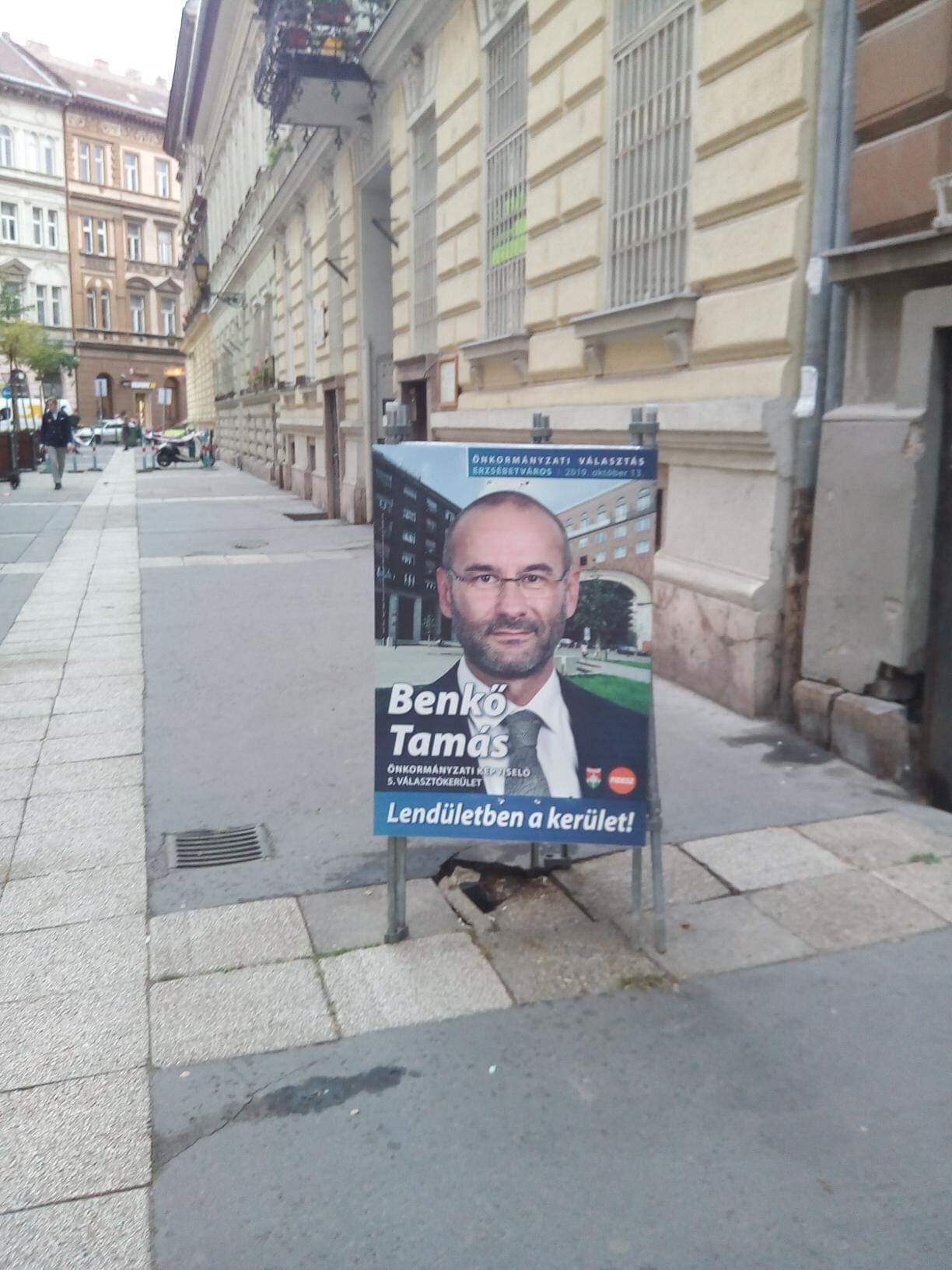 Hibátlan: fideszes képviselő táblájával takargatják a kátyút Erzsébetvárosban