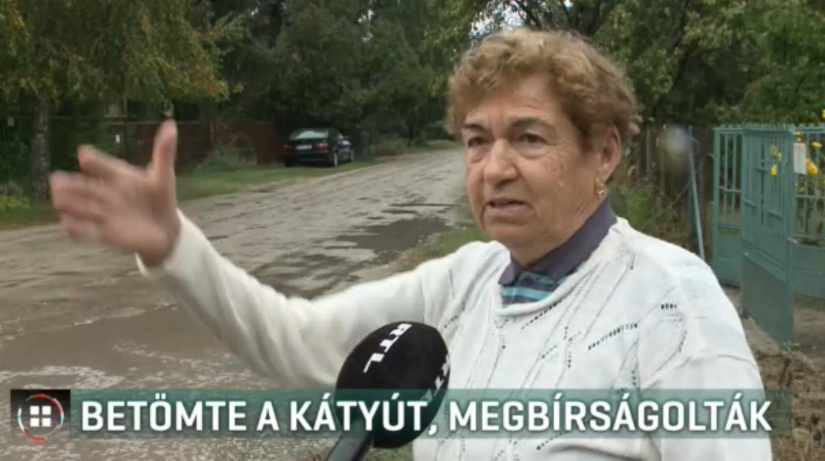 Magának tömte be a háza előtti kátyút az idős nő, 30 ezres bírságot kapott