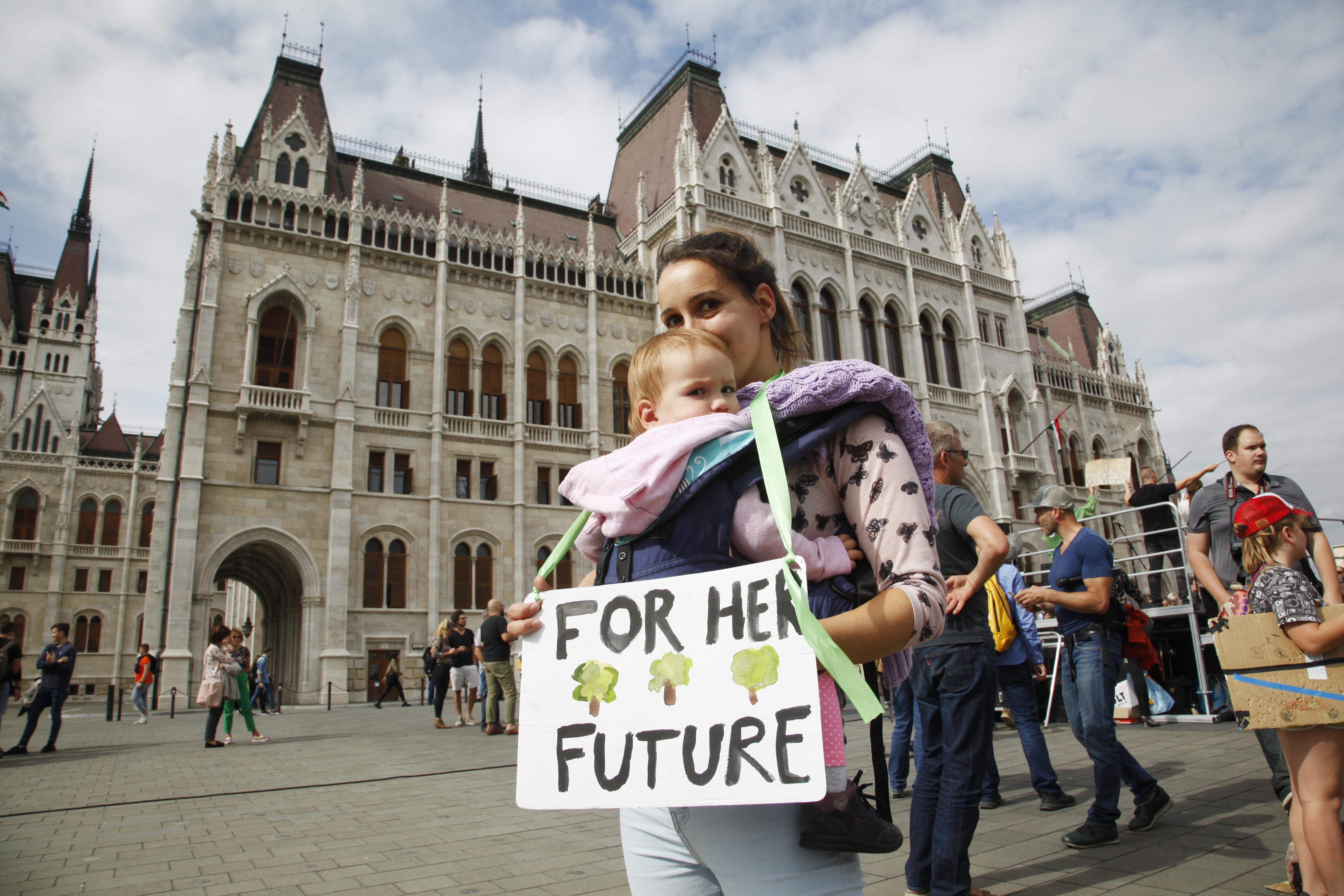 1000 milliárdot kér a kormány klímacélokra az EU-tól, hogy aztán egy részét kidobja az ablakon