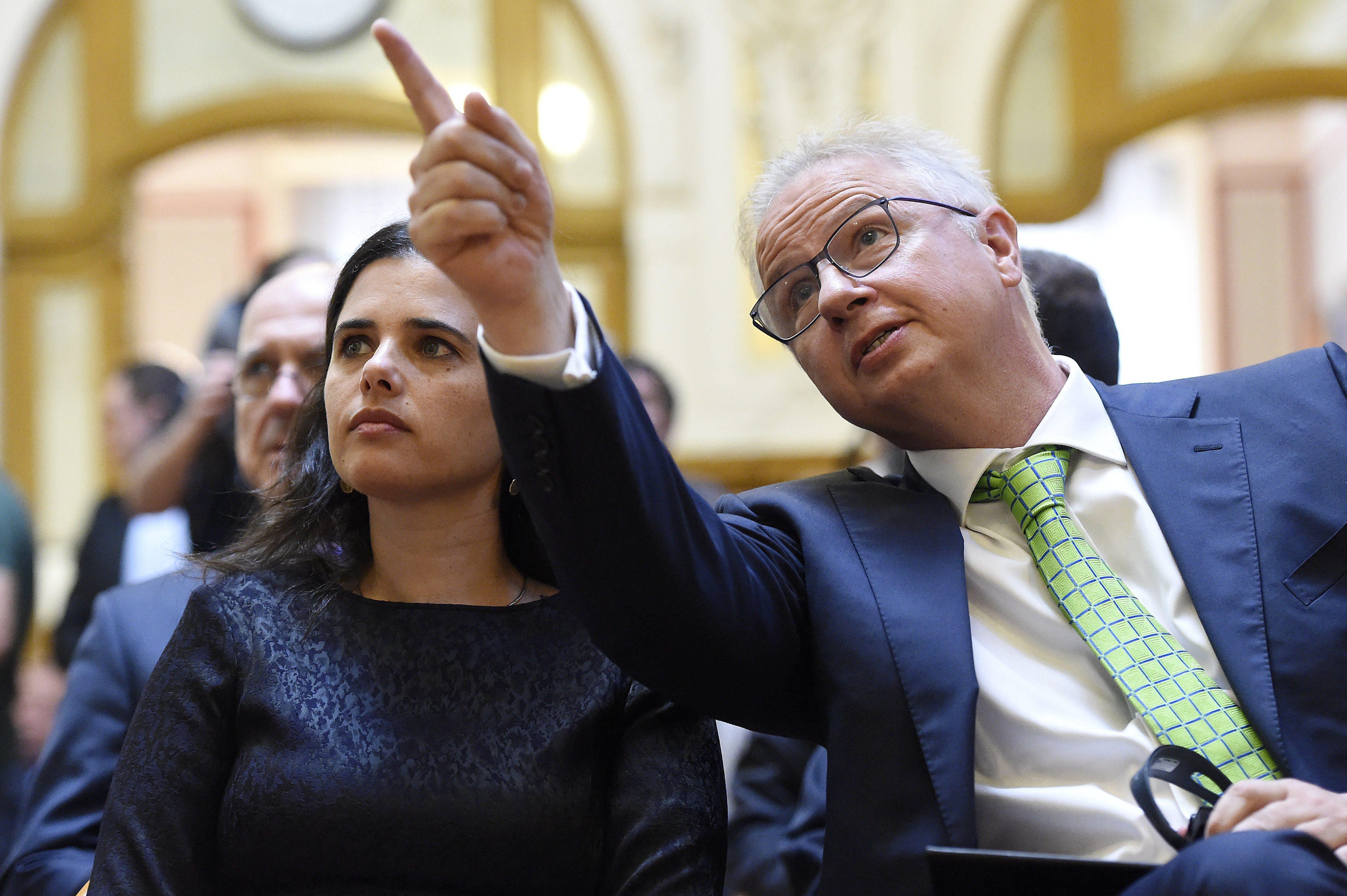 A Nagy és Trócsányi Ügyvédi Iroda azzal védekezik, hogy ingyen adott tanácsot az Igazságügyi Minisztériumnak és Trócsányi Lászlónak