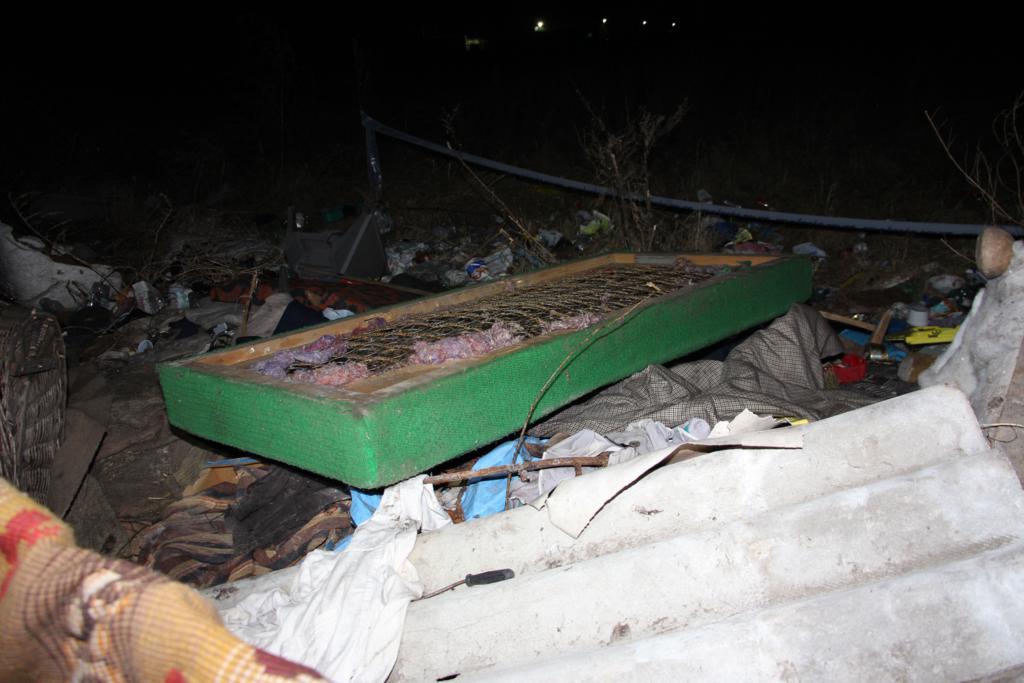 Gondatlanságból elkövetett emberöléssel gyanúsítják az anyát, akinek a gyerekére ráesett egy ágy