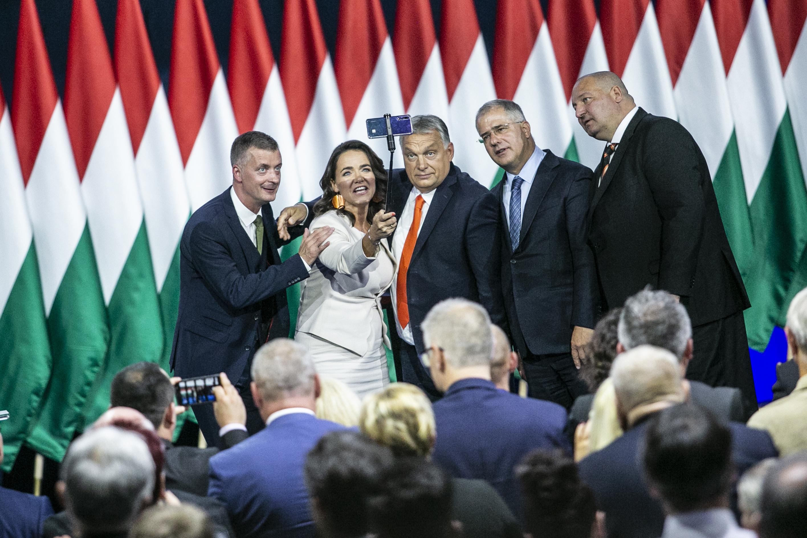 Orbán Karácsony törvénytelenül lehallgatott beszélgetésén és Wittinghoff lejárató-szexvideóján viccelődött