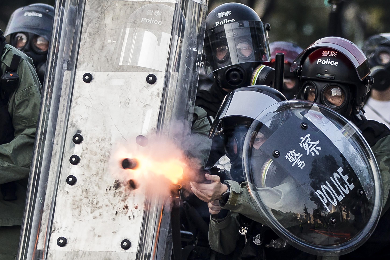 Éles lőszerrel találtak el egy hongkongi tüntetőt