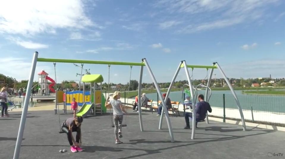 Nem is kellett volna még átadni a balesetveszélyes érdi játszóteret, de azért a polgármester beengedte a gyerekeket