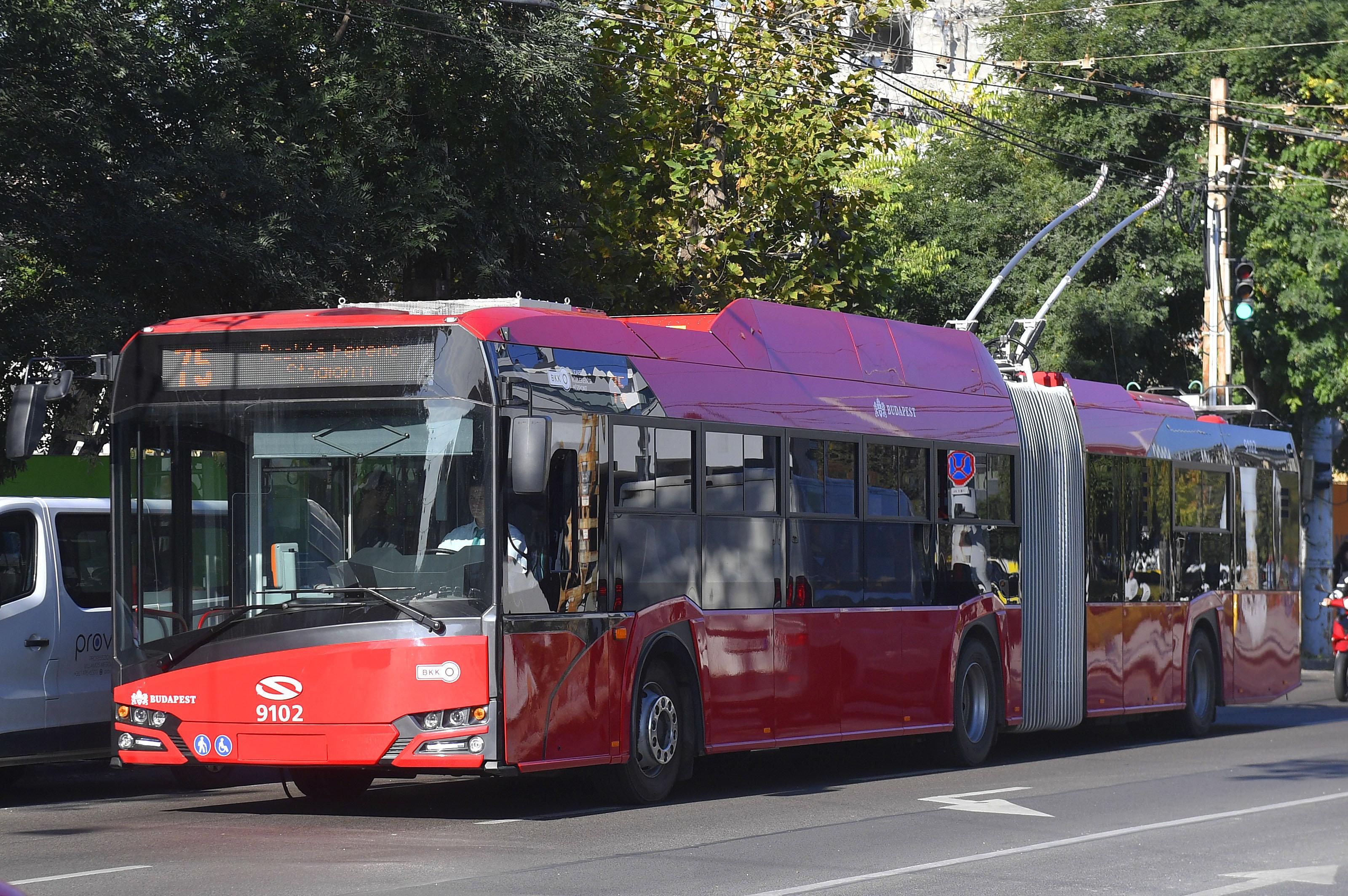 Hétfőtől szünetel az első ajtós fel- és leszállás a budapesti buszokon és trolikon