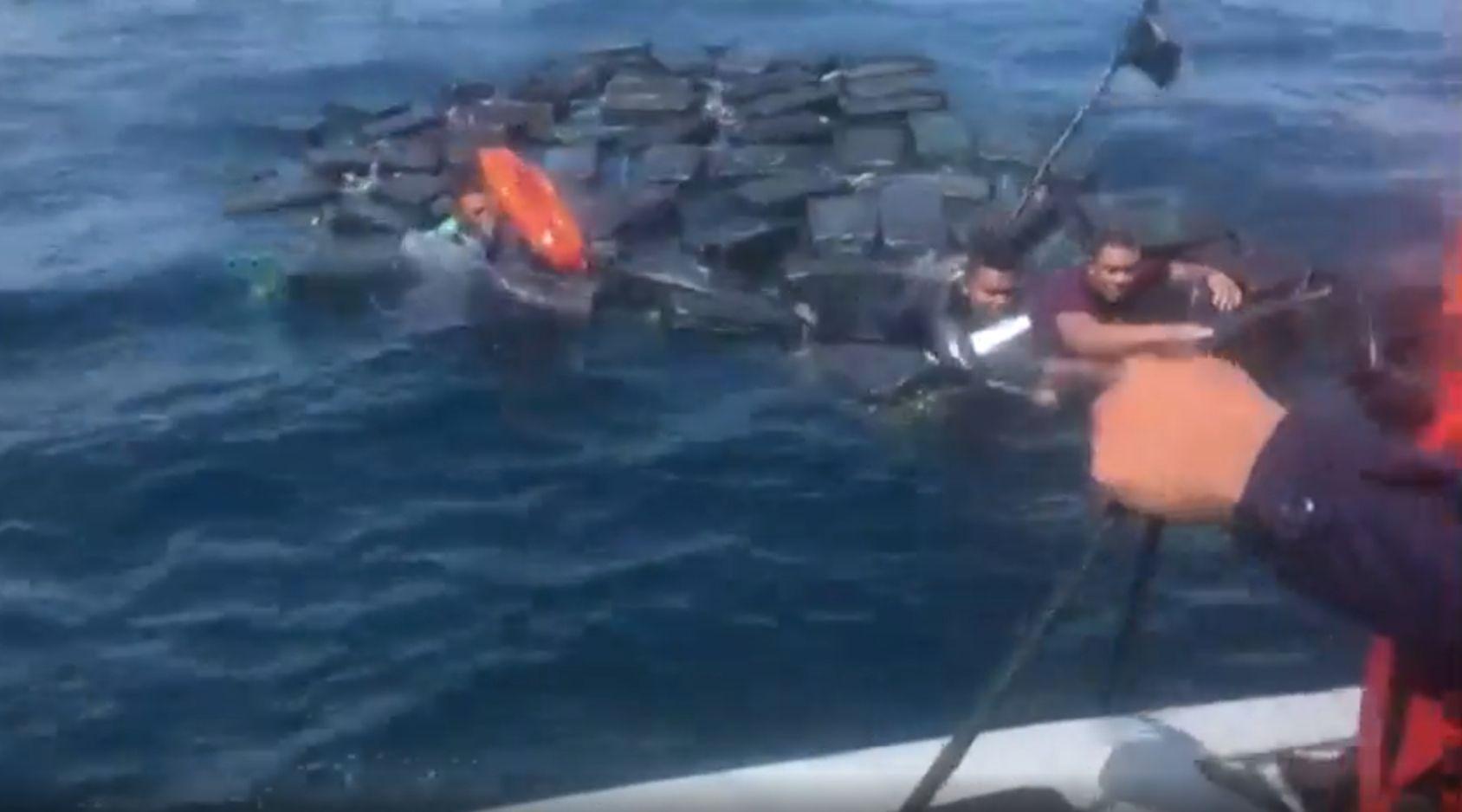 A csempészett kokainba kapaszkodva menekült meg a vízbefulladástól három csempész