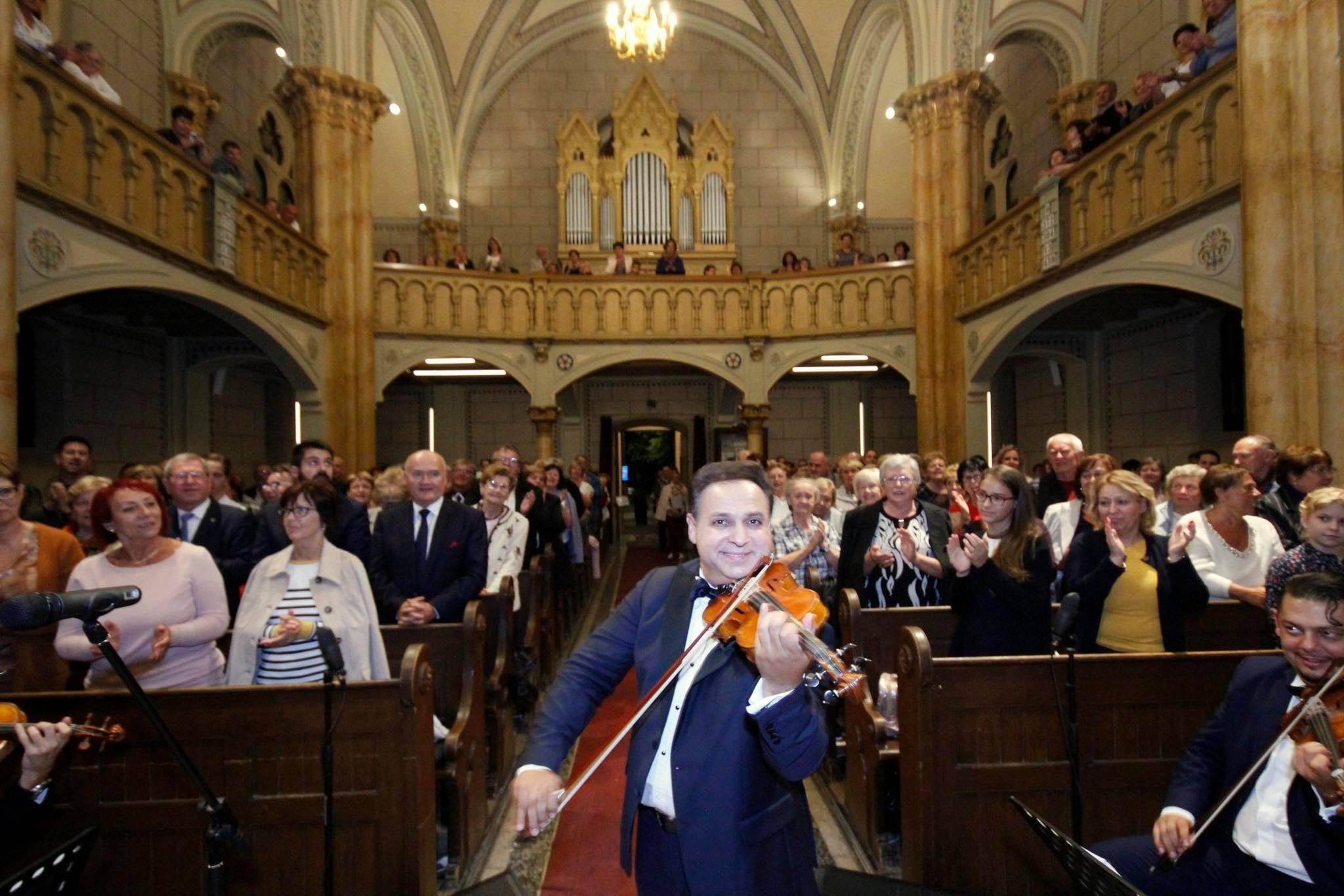 Mága Zoltán jótékonysági koncertjén kampányolt a fideszes jelölt mellett Hende Csaba
