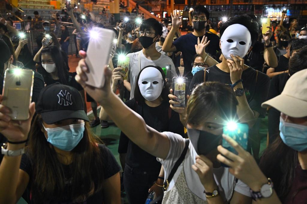Rendkívüli állapot Hongkongban: leállt a tömegközlekedés, bezártak az üzletek
