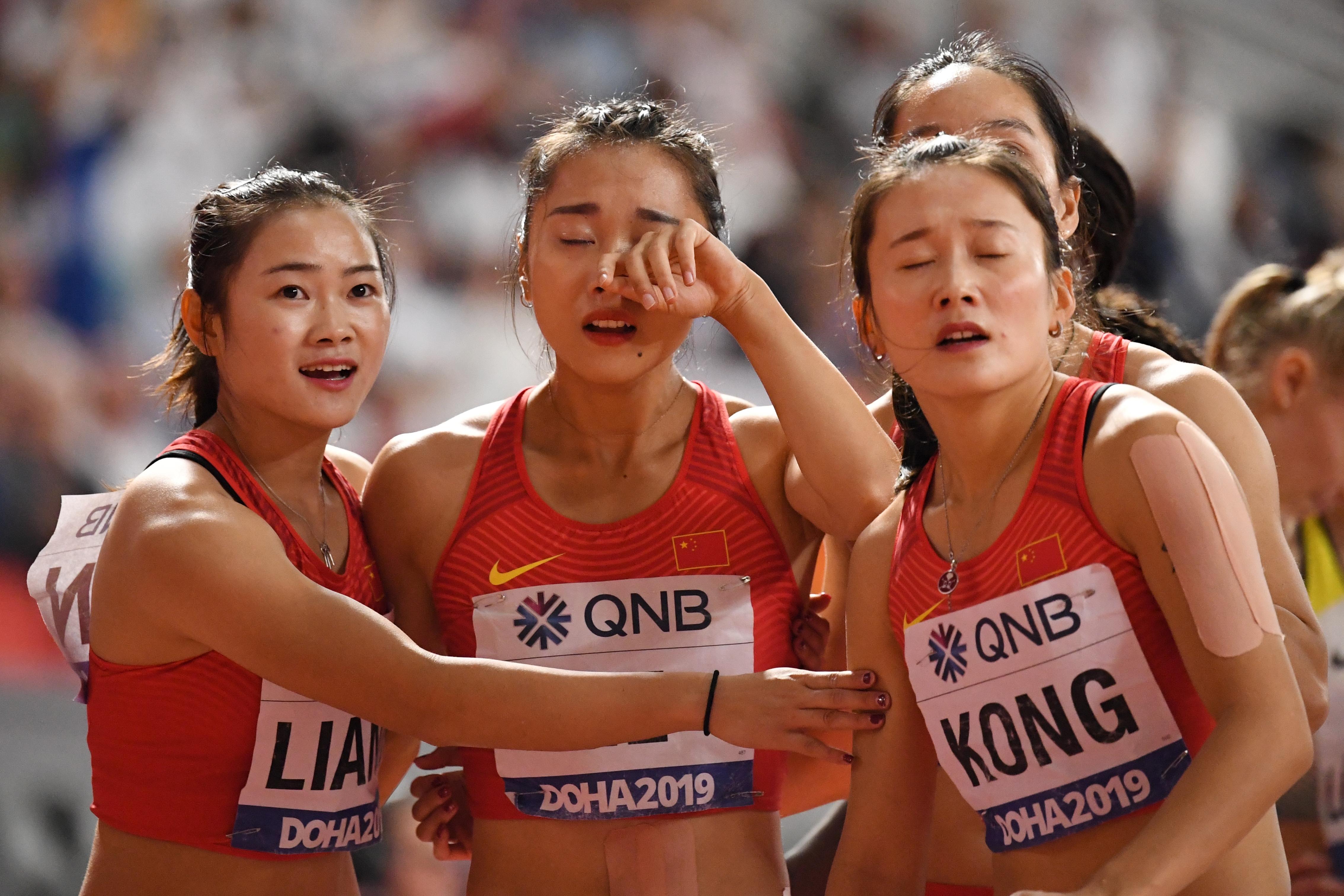 Történelmi léptékű, tragikomikus töketlenkedést mutattak be a kínai futók