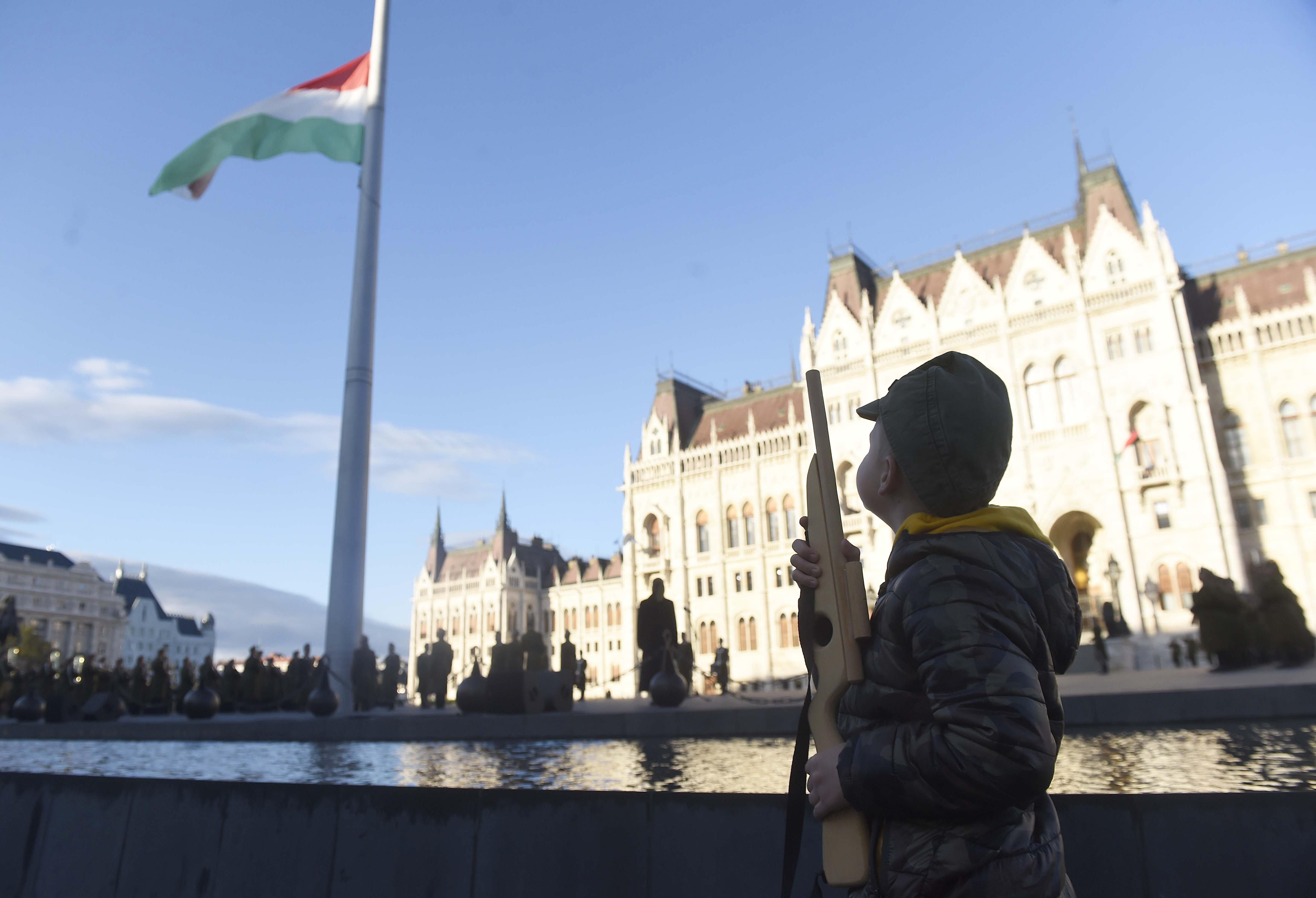 Nemzeti gyásznap: kisfiú puskával, huszárokkal