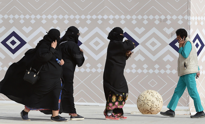 Mostantól akár a férfiakkal közös bejáraton is bemehetnek az éttermekbe a szaúdi nők