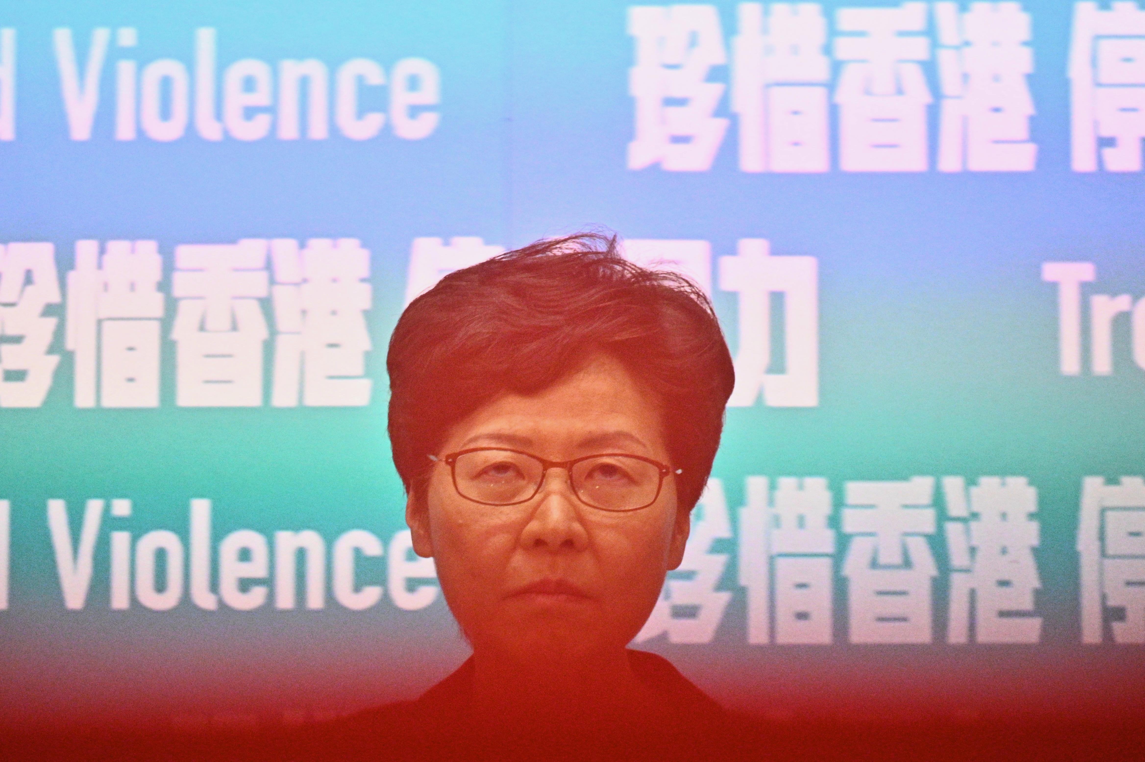 A Financial Times úgy tudja, hogy Peking a hongkongi kormányzó leváltására készül