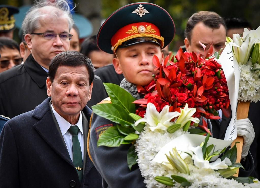 Moszkvában, táncolás közben árulta el egy nőnek a Fülöp-szigeteki elnök, hogy olyan súlyos beteg, hogy lebénulhat