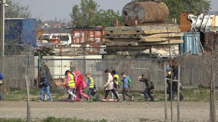 A bűnszövetségben elkövetett költségvetési csalással vádolt Fidesz-jelölt illegális sportcsarnokába hordták dzsúdózni a csömöri általános iskolásokat