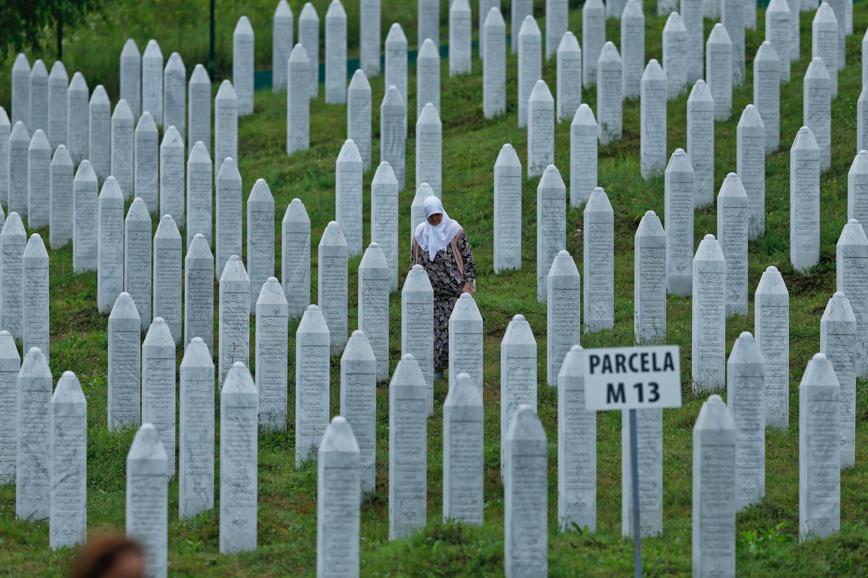 A boszniai szerb képviselők bojkottal akadályozzák, hogy életbe lépjen a törvény, ami büntetné a srebrenicai népirtás tagadását