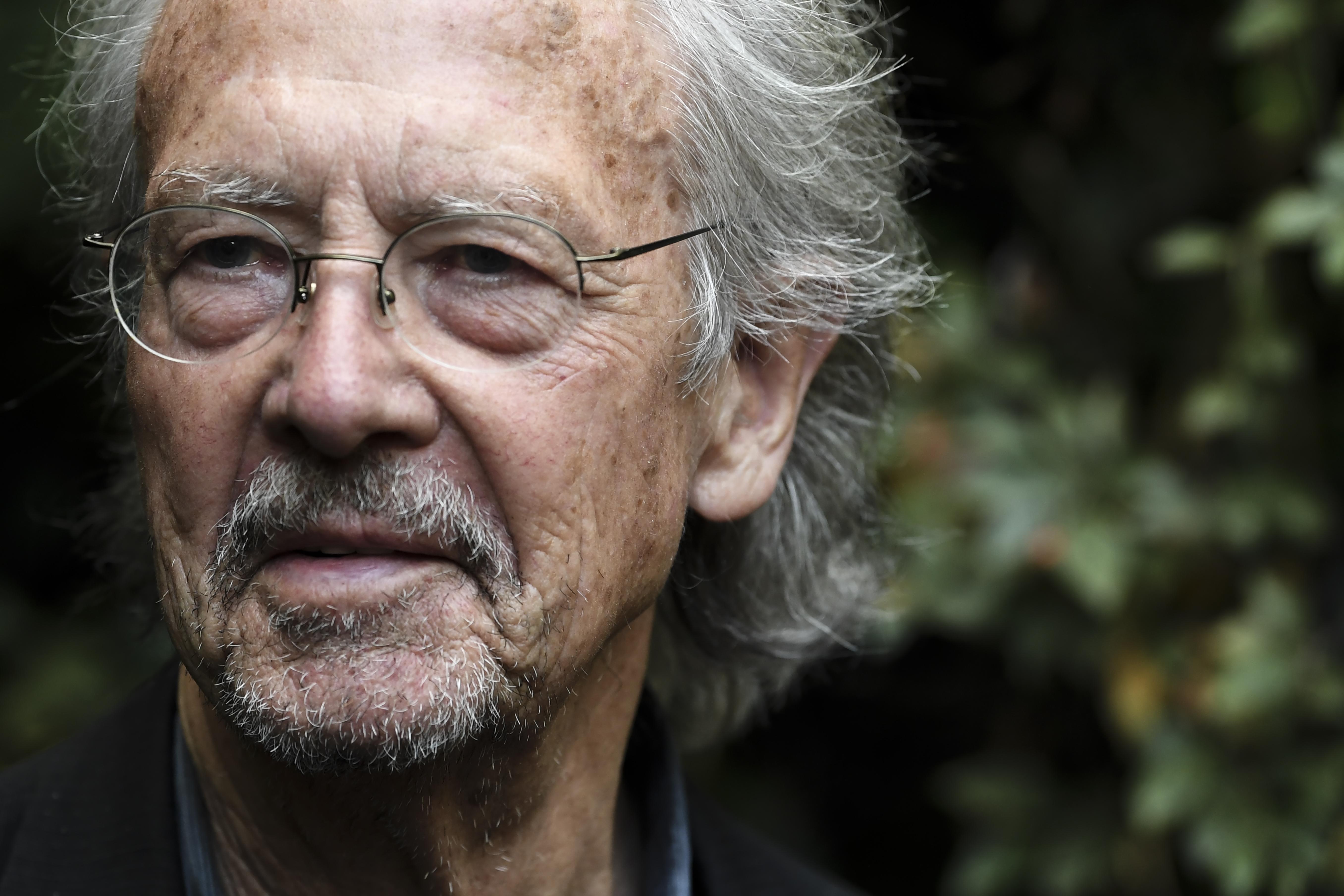 Szabad Nobel-díjat adni olyan írónak, aki háborús bűnösöket menteget?