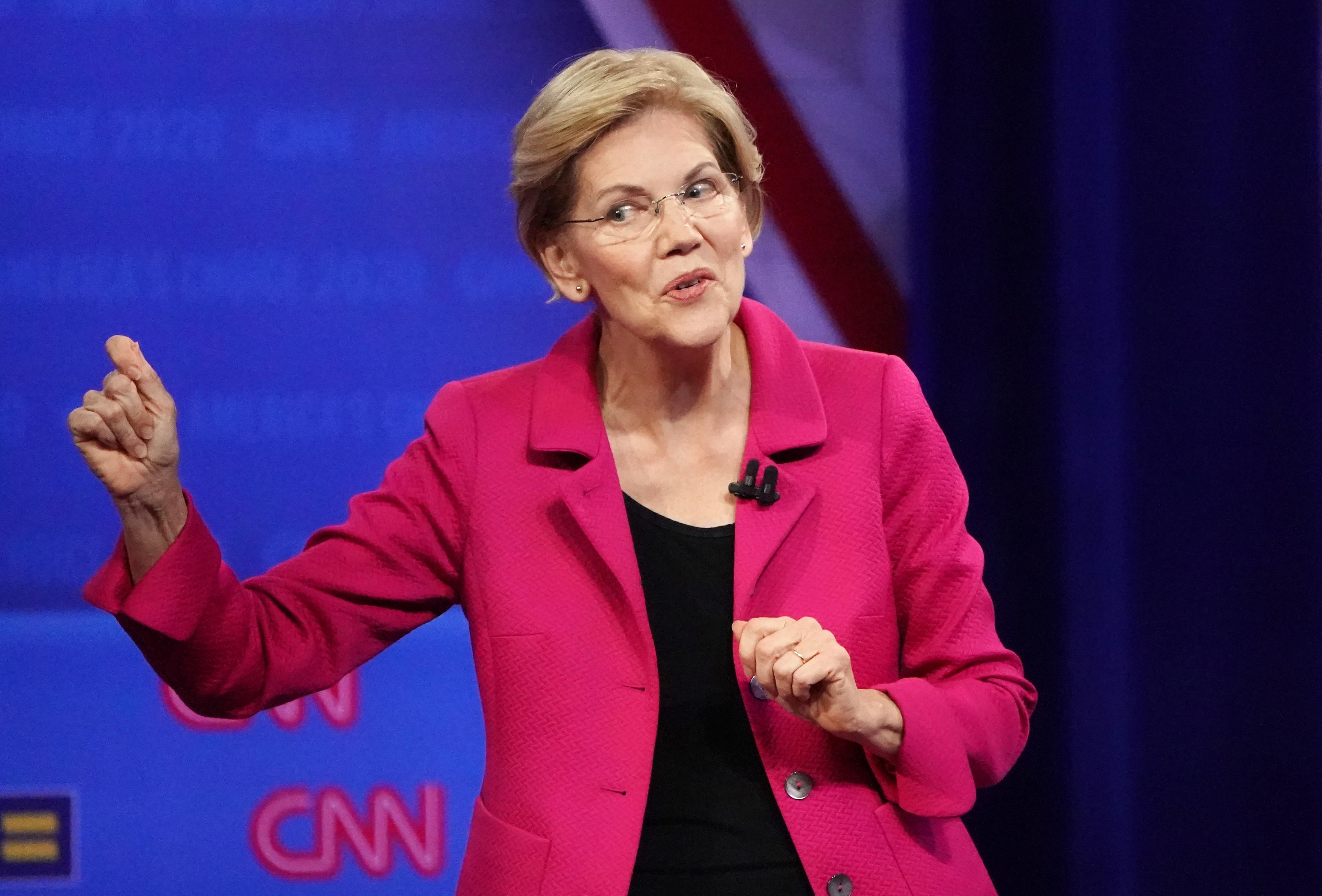Elizabeth Warrennek elege lett, hogy Trump Facebook-hirdetésekben hazudozhat, ezért egy Zuckerbergről szóló kamuhírt reklámoz